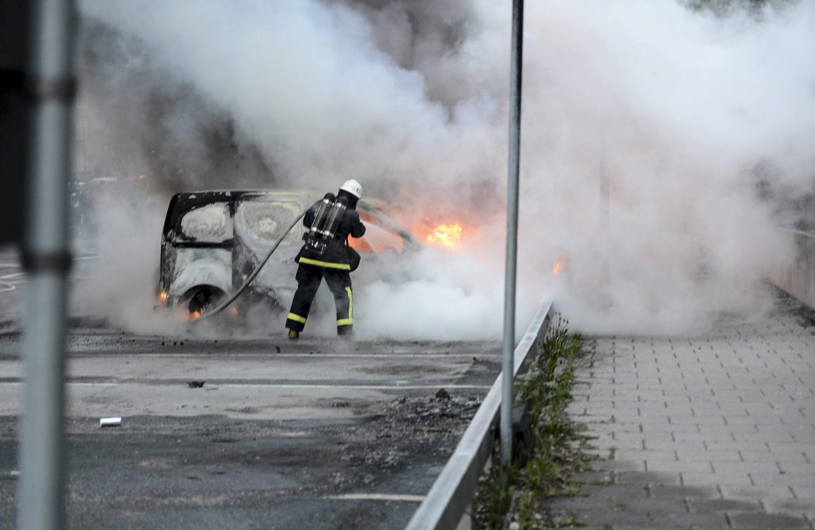 La violencia en Estocolmo se extiende pero con menor intensidad
