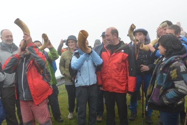 Medio millar de personas coronan el monte Oiz para participar en la tradicional llamada a Juntas
