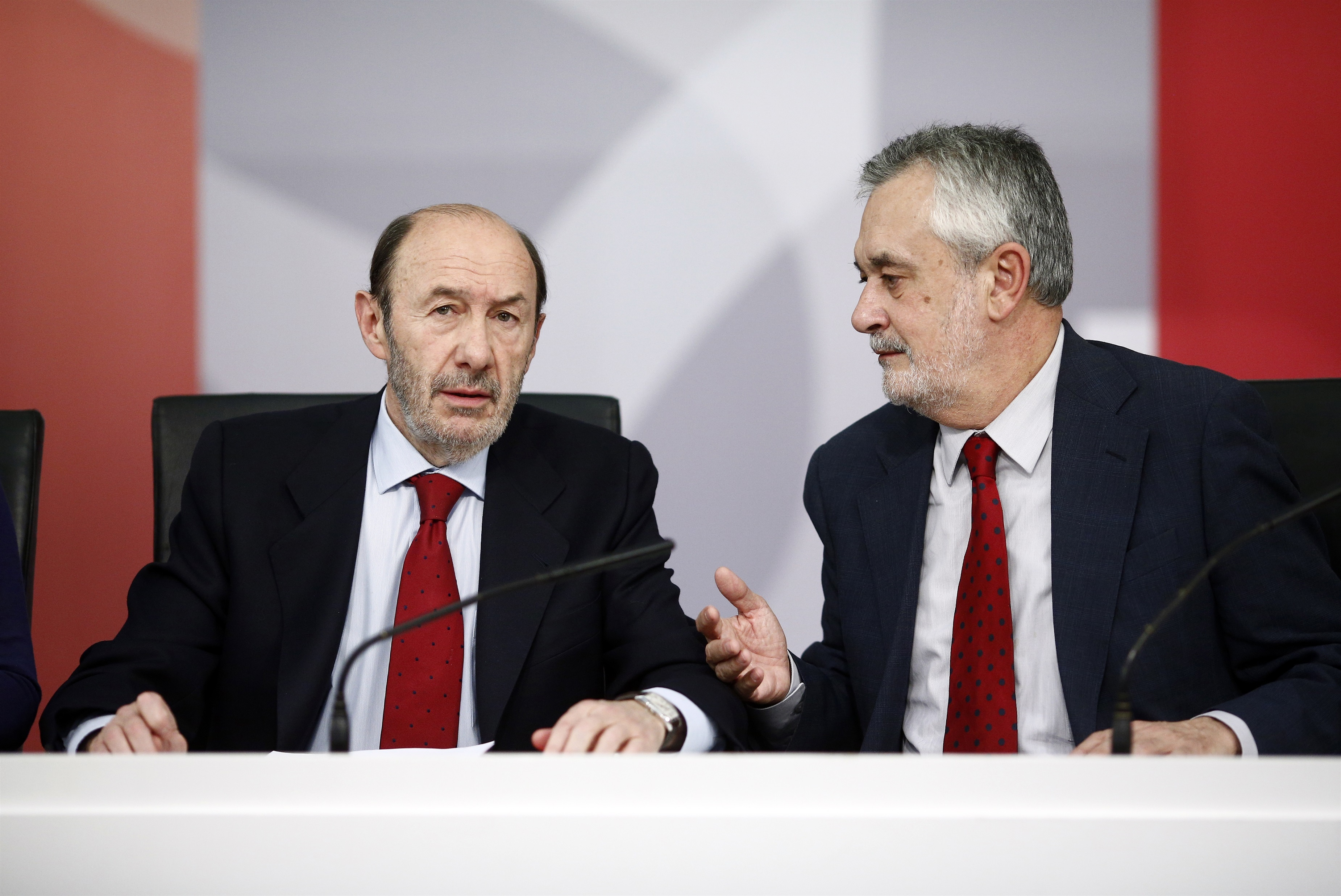 Rubalcaba se reúne este lunes con Griñán y Javier Fernández para estudiar la propuesta de reforma federal del PSOE