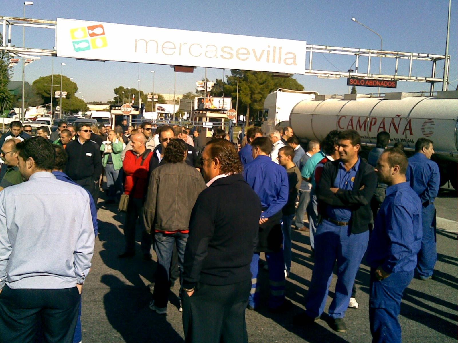 Asamblea general de trabajadores en Mercasevilla al prosperar la liberalización de la lonja