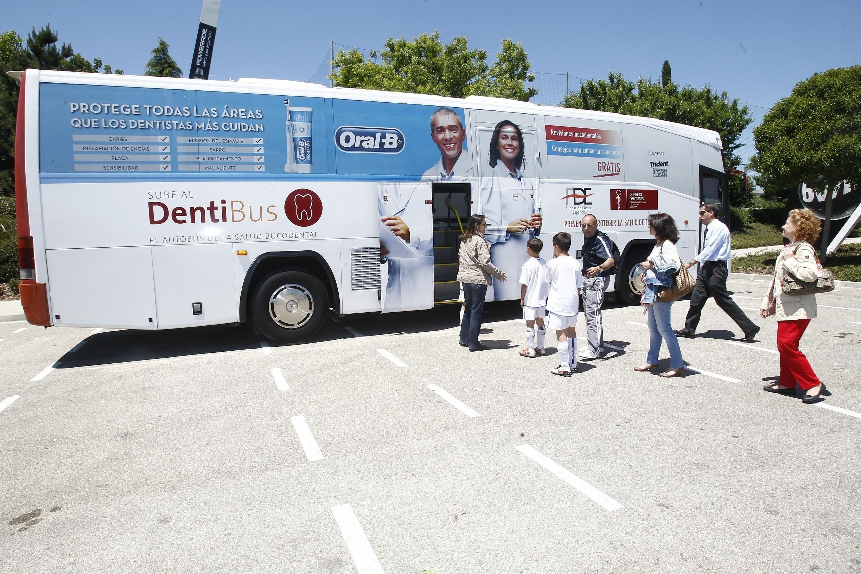 La Fundación Dental Española hace revisiones bucodentales a unos 1.500 niños de las escuelas de la Fundación Realmadrid