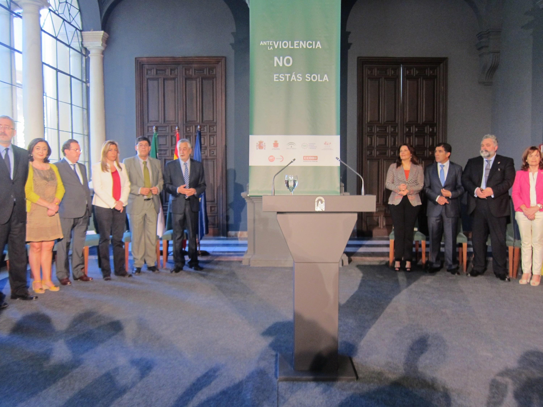 Griñán preside la firma de un protocolo ante la violencia de género que implica de manera pionera a los agentes sociales