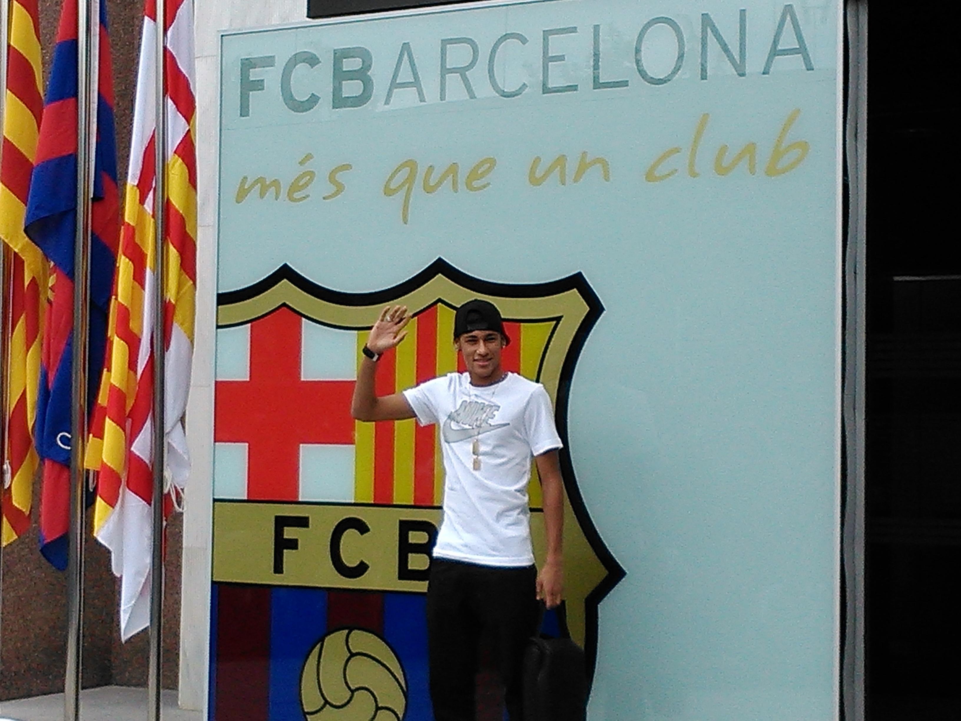 Neymar llega a Barcelona y se da el primer baño de masas