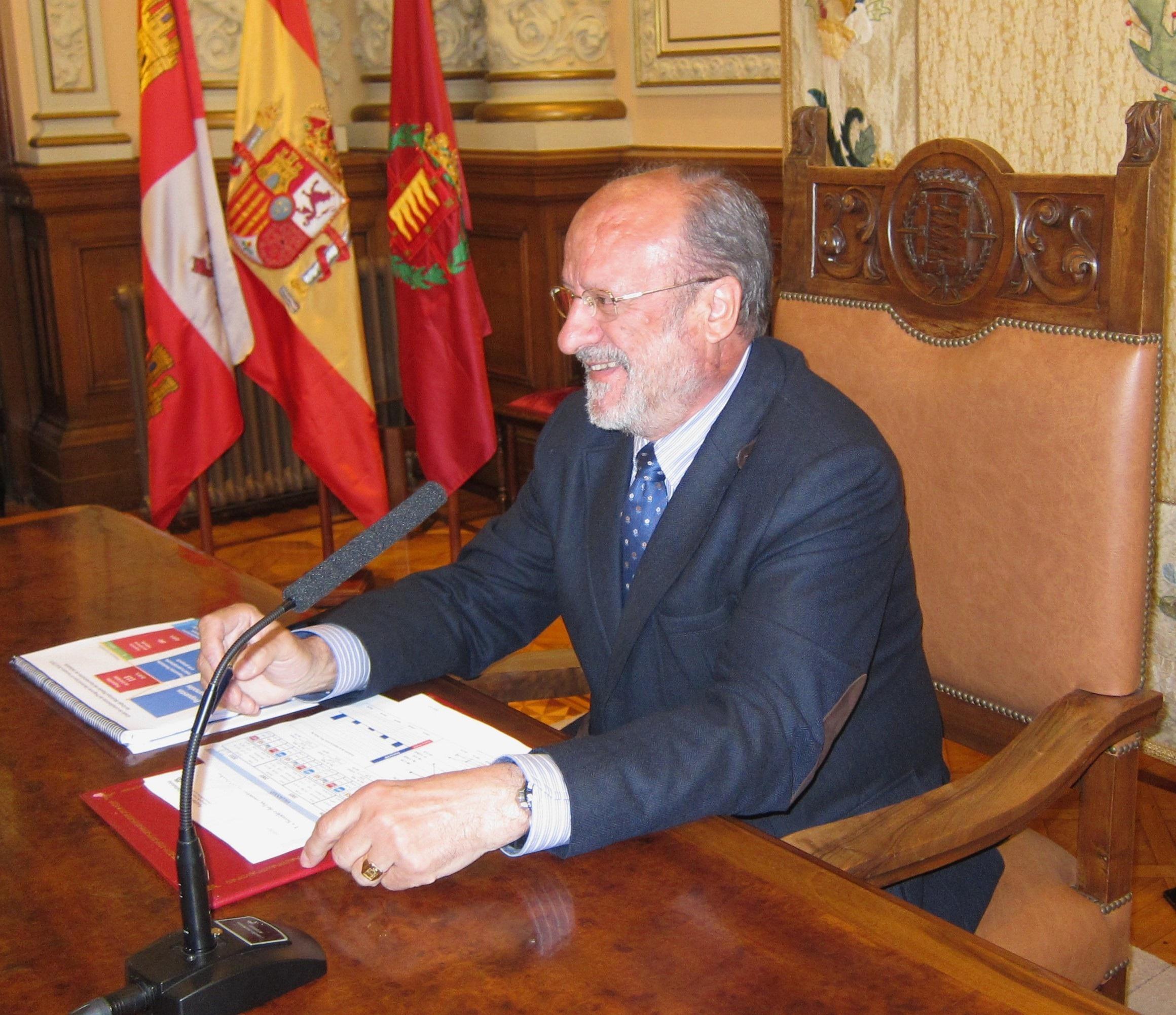 De la Riva cree que a los ciudadanos les preocupan más los problemas de empleo que las «zarandajas» sobre su futuro