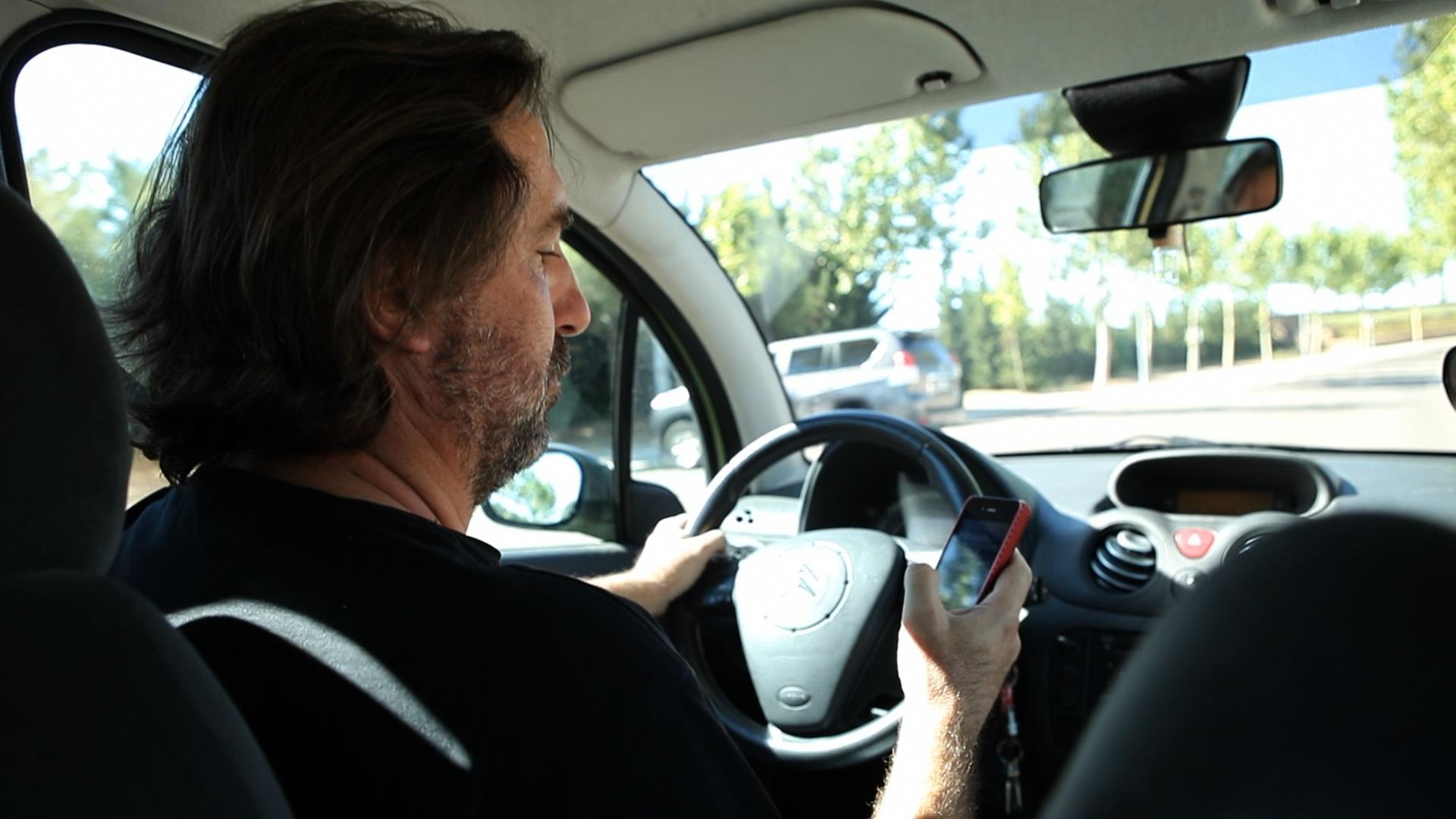 Tráfico intensifica esta semana la vigilancia sobre el uso del móvil y otras distracciones