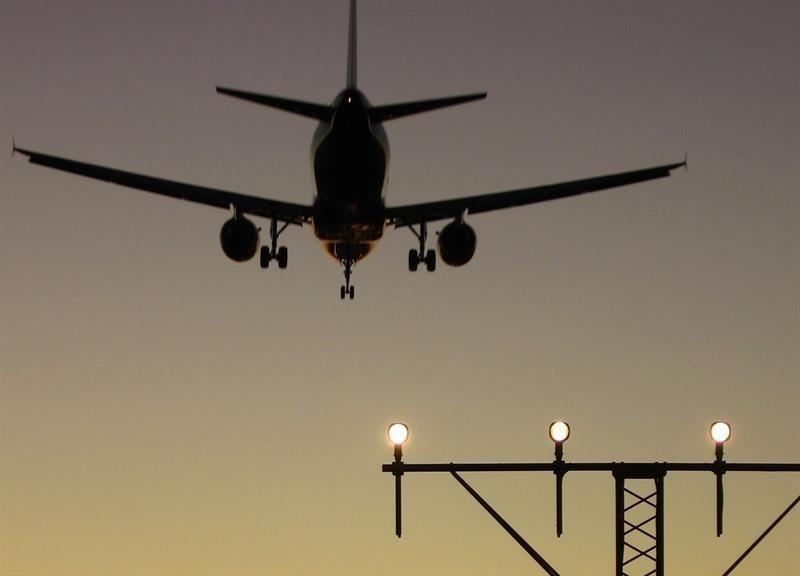 La entrada de »low cost» en rutas monopolizadas reduce hasta 37 euros el precio de los billetes