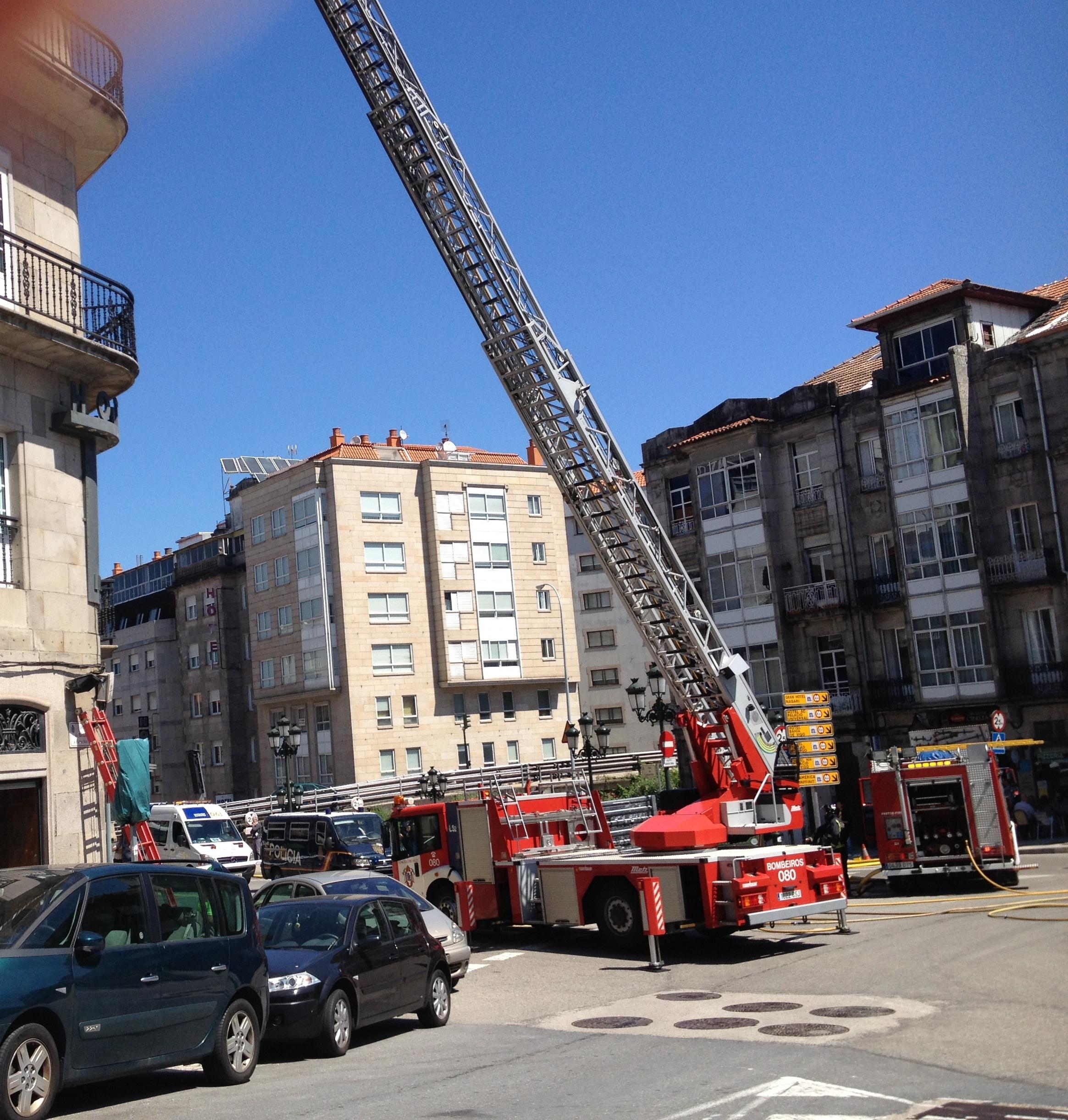 Un incendio en una zona abuhardillada de un hotel de Vigo obliga a desalojar un piso del edificio, pero no hubo heridos