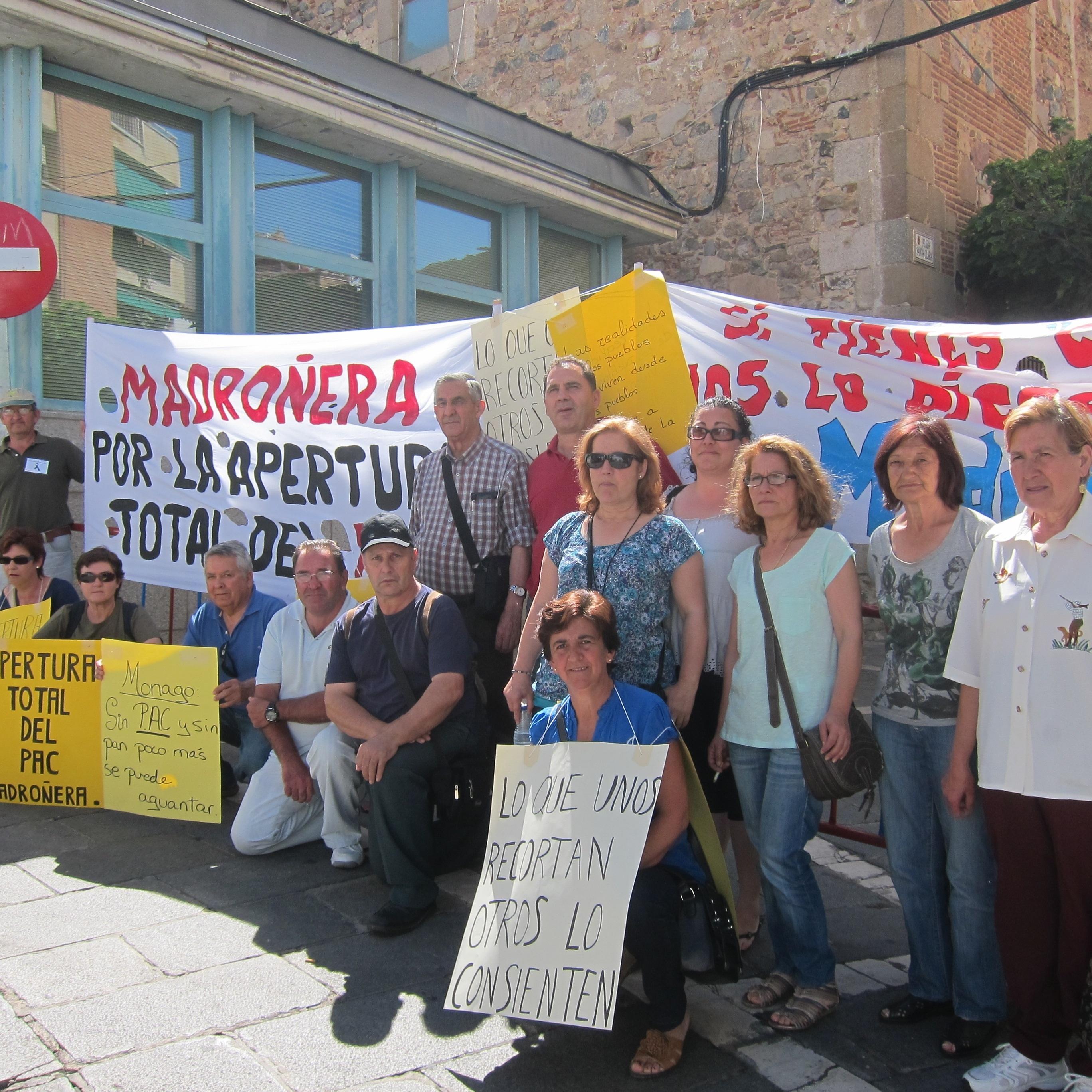 Miembros de la Plataforma contra el Cierre del PAC de Madroñera piden su reapertura «total» a las puertas de la Asamblea