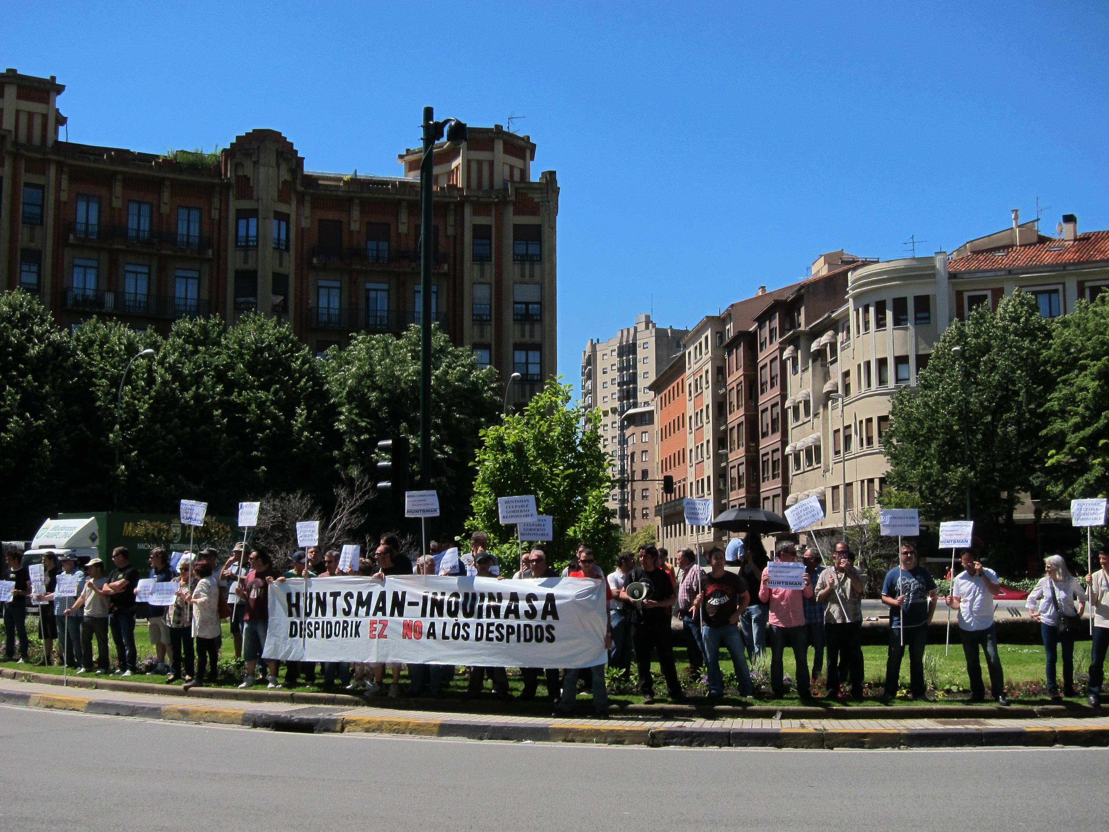 Los trabajadores de Inquinasa se concentran frente a la sede de UPN para rechazar los despidos