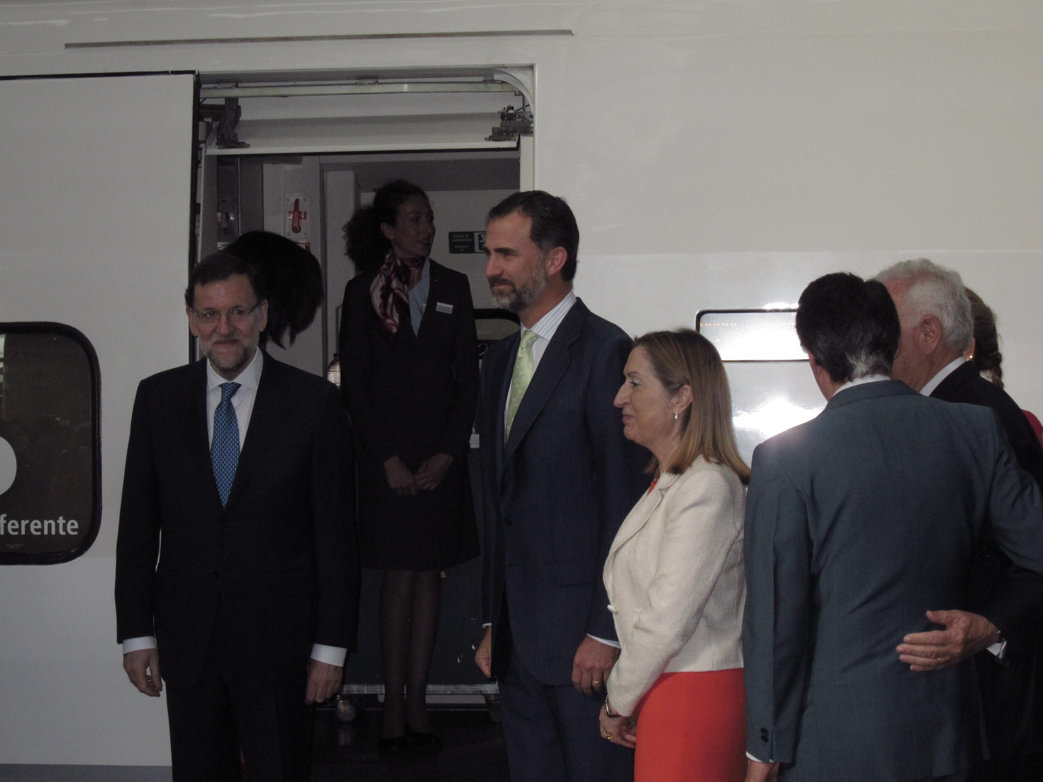 El primer AVE a Alicante sale puntual de Atocha con el Príncipe y Rajoy, que inauguran la línea