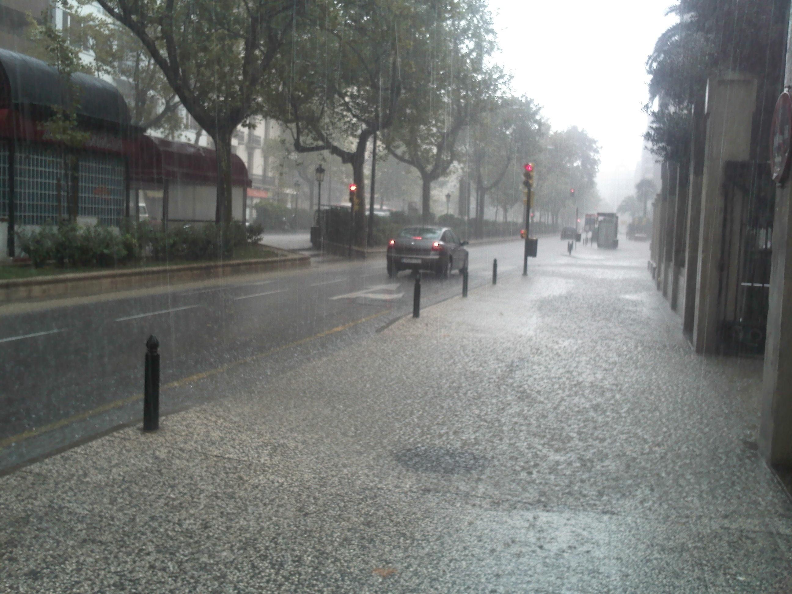 Activada la alerta naranja por lluvias y tormentas para este martes en Aragón
