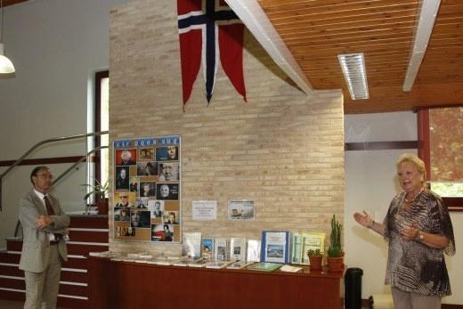 El Consulado de Noruega en Barcelona dona libros de autores noruegos al centro »Manuel Alvar» de Delicias