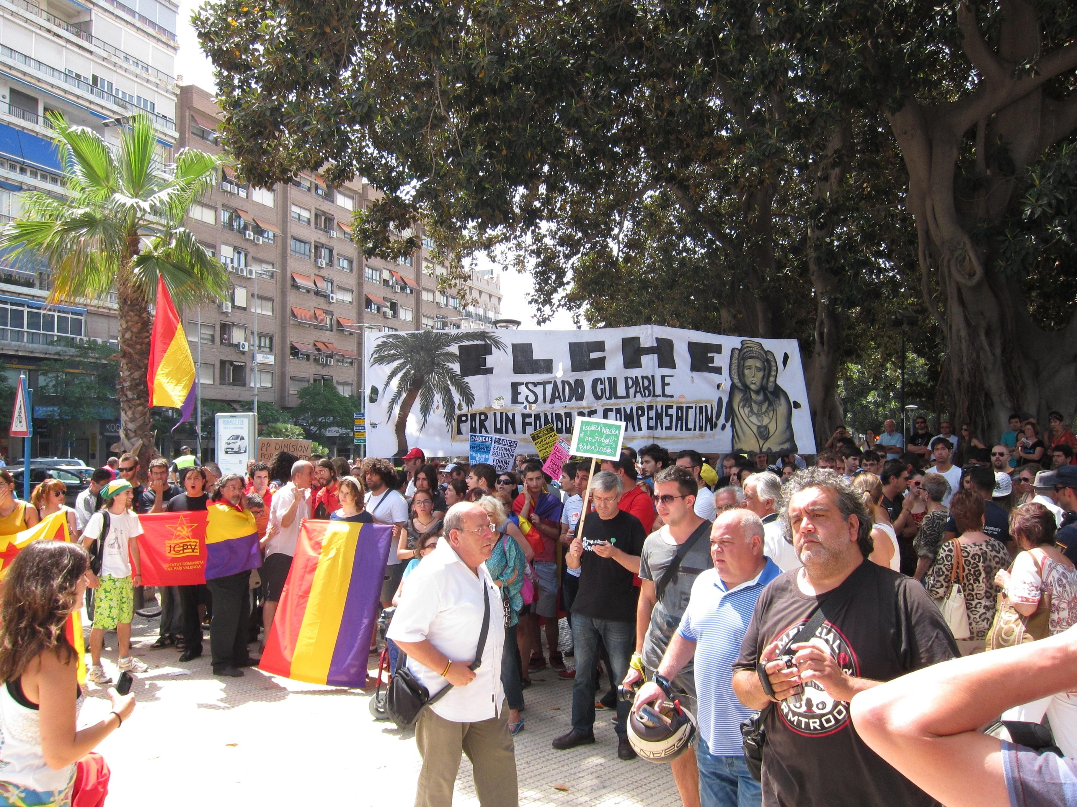 Diversos colectivos protestan en Alicante durante la inauguración del AVE