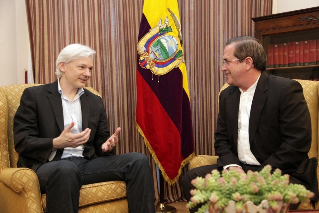 Patiño se reúne con Assange para reiterarle el asilo político