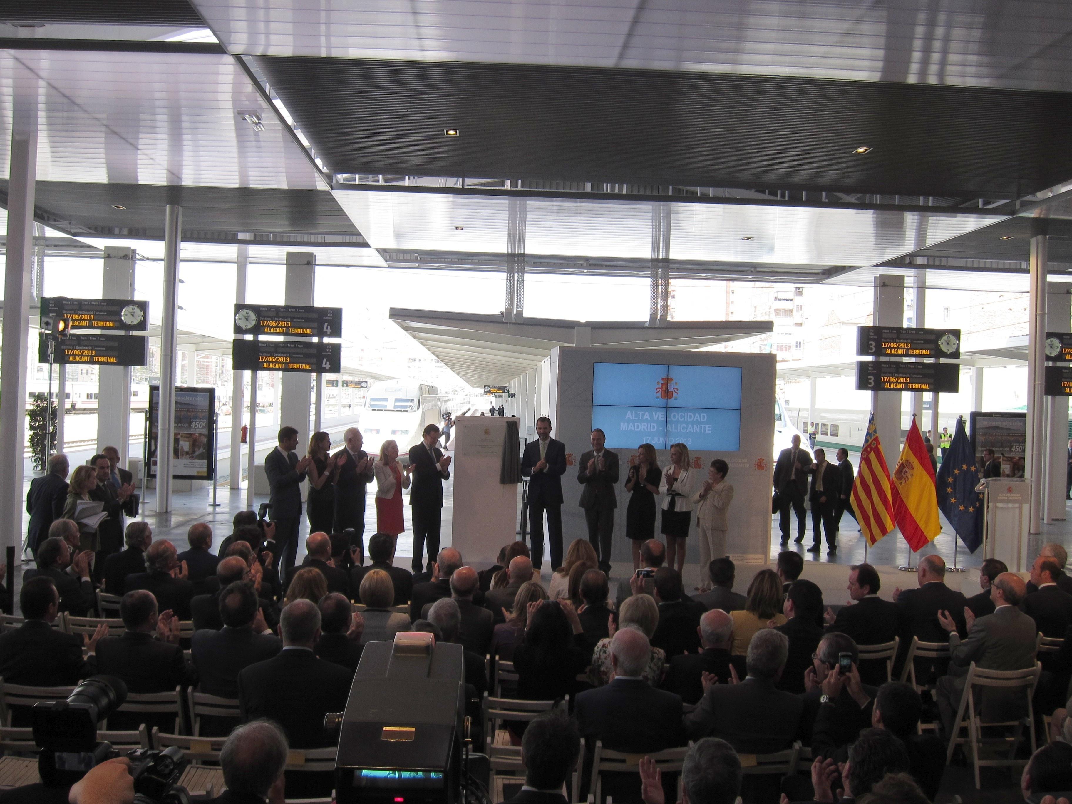 El Príncipe y Rajoy inauguran el AVE Madrid a Alicante en el mismo tren que unió Madrid con Sevilla en 1992