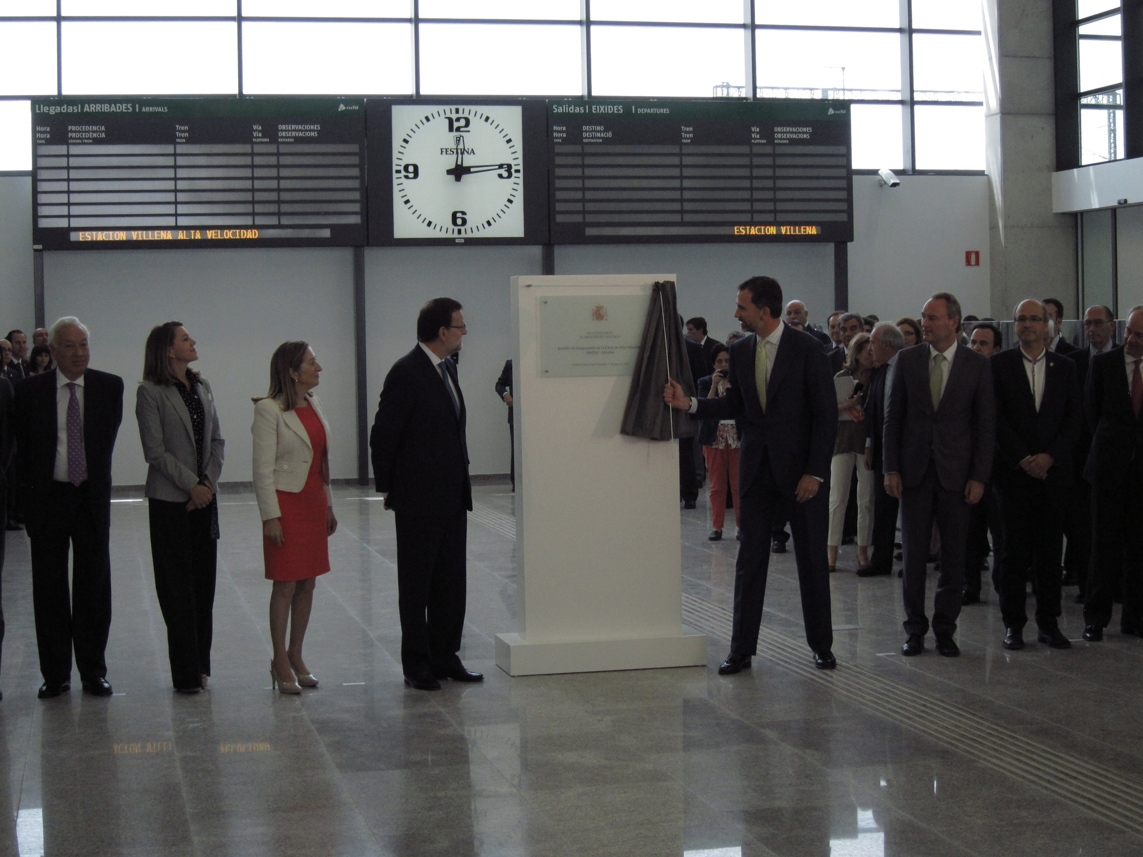 El Príncipe descubre una placa conmemorativa en la estación de Villena en el estreno del AVE a Alicante