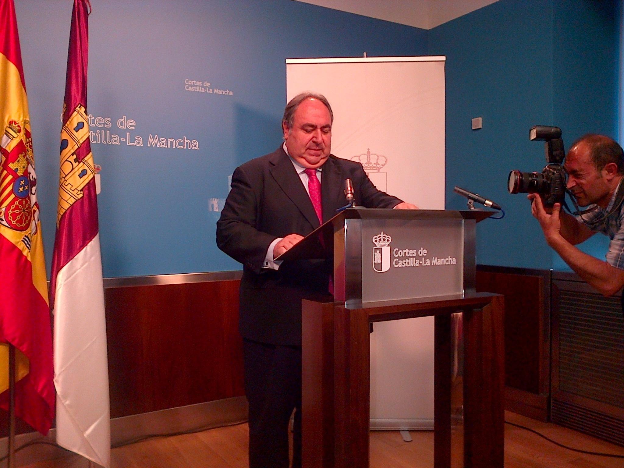 Tirado contesta a Guijarro que sí ha habido diálogo entre los grupos en las Cortes y que el acuerdo «es permanente»