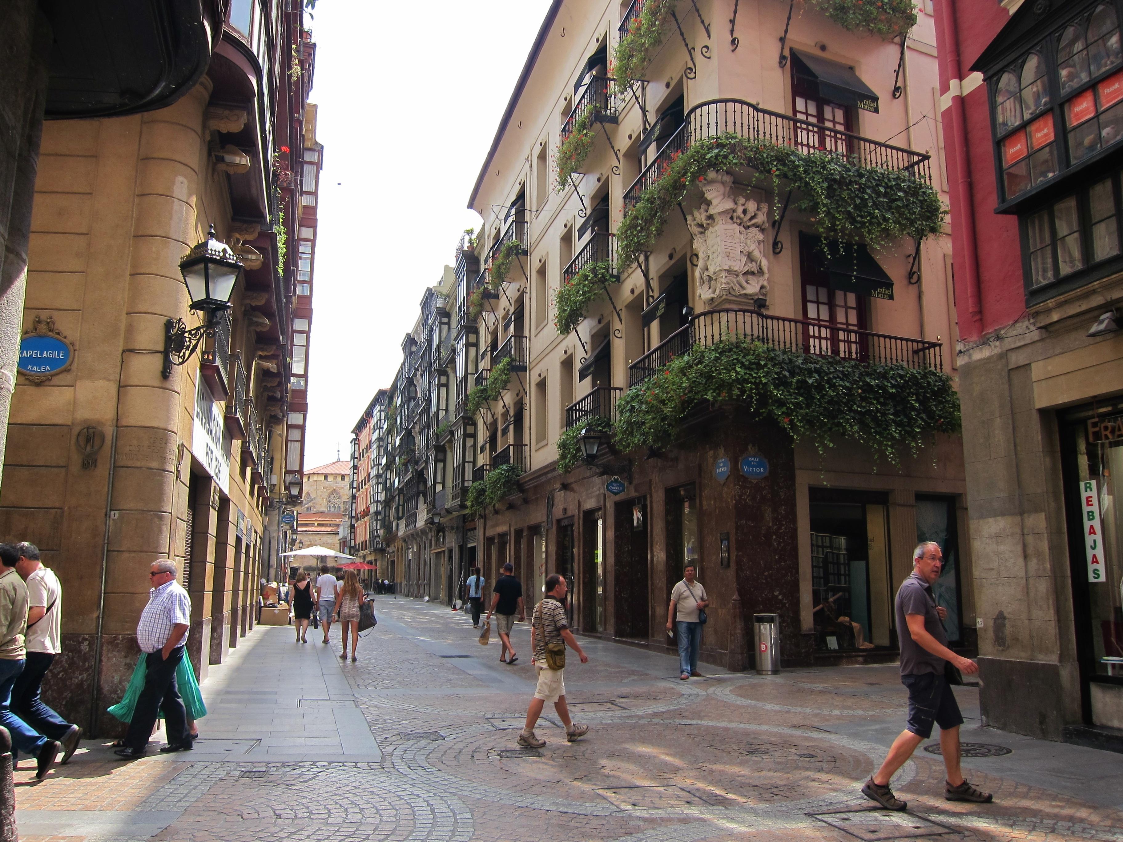 La iniciativa municipal »Arteshop» llenará hasta julio los comercios de Bilbao con 75 intervenciones artísticas