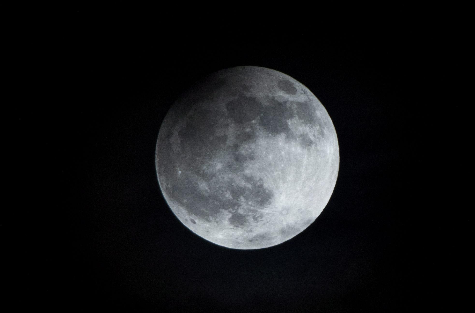 Científicos australianos identifican 280 cráteres en la Luna