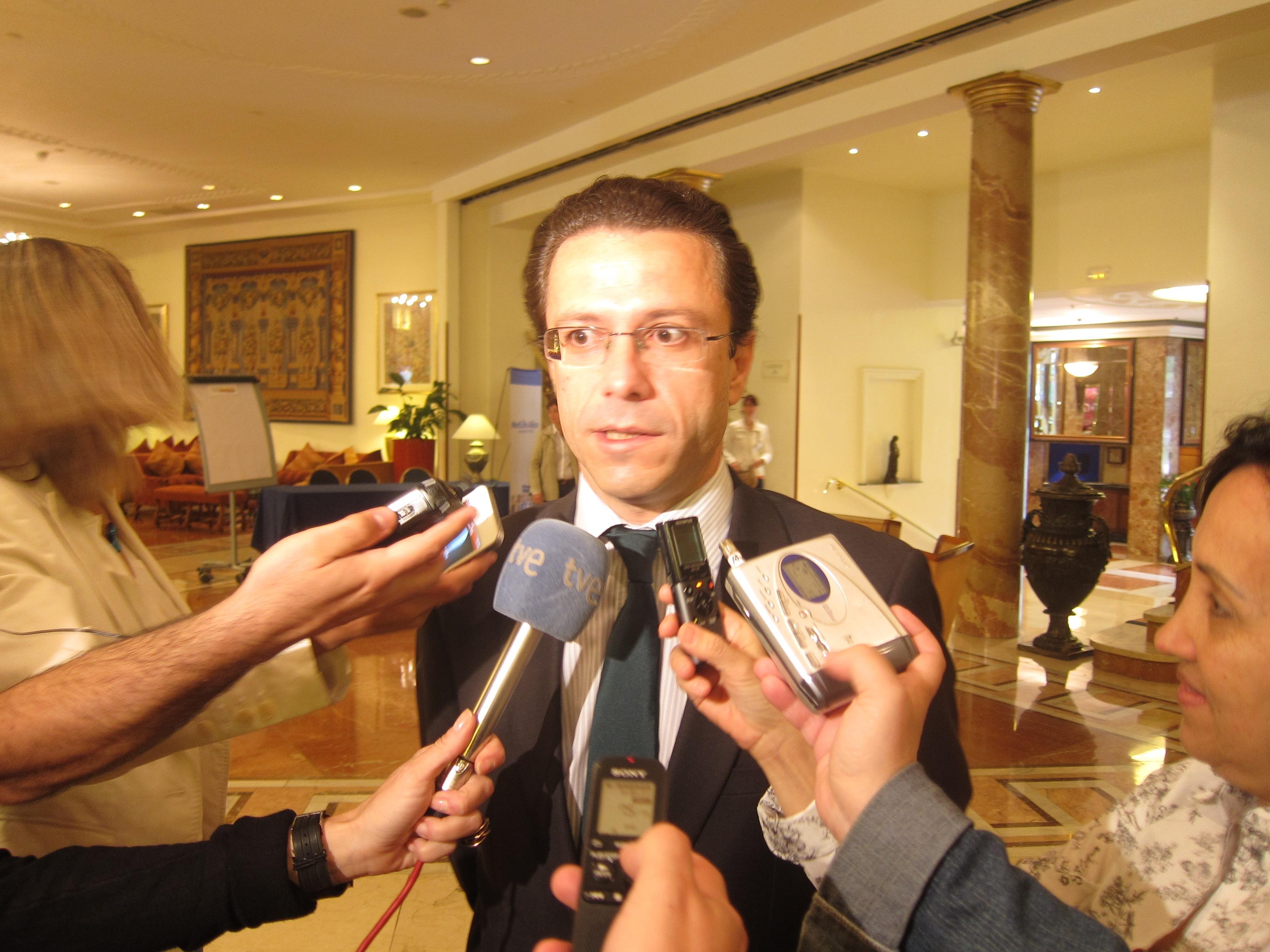 Lasquetty reprende a Gómez por recurrir a «algo ilegal» como la «amenaza» para tratar de sabotear la externalización