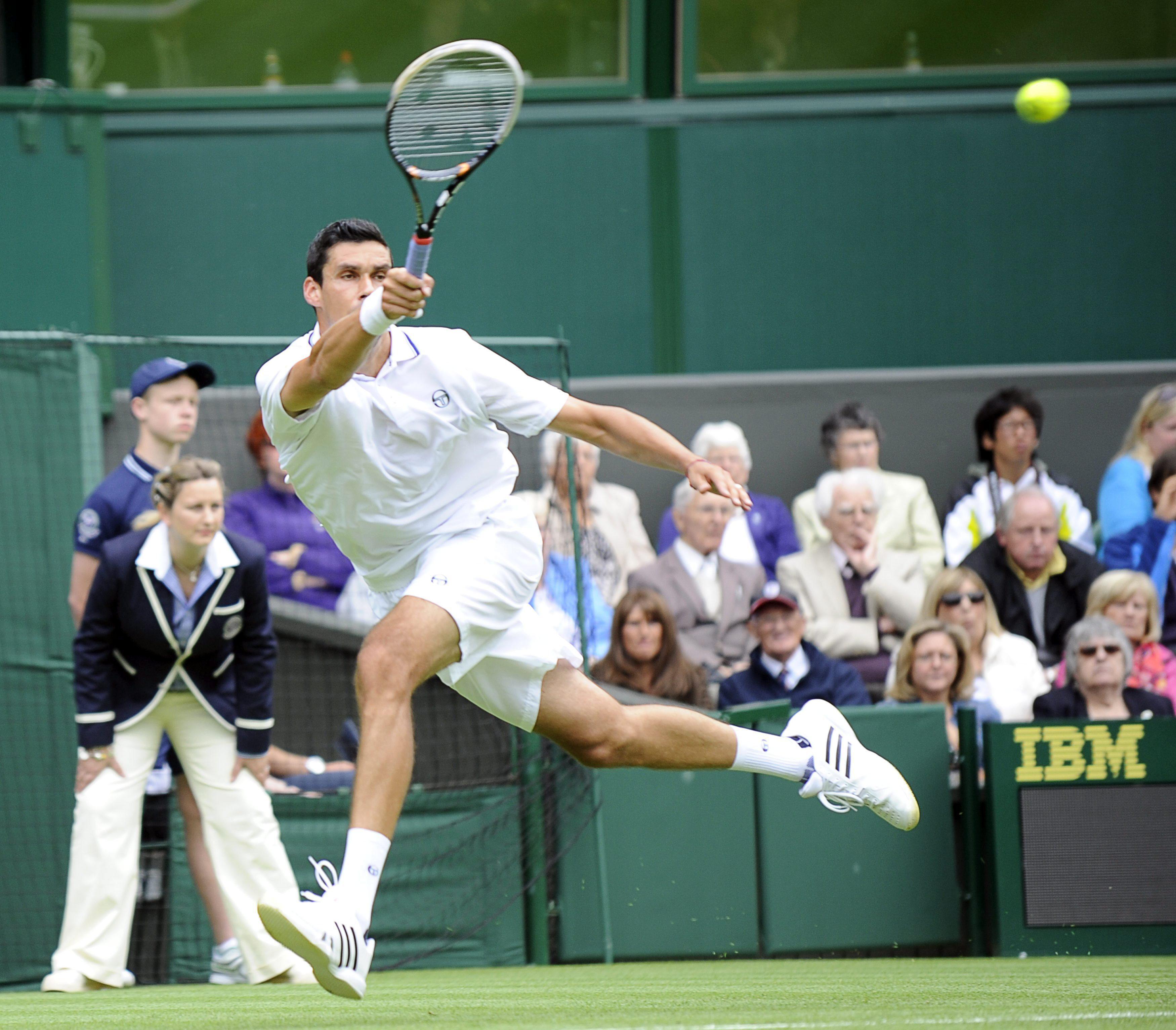 Federer vence a Hanescu y pasa a segunda ronda