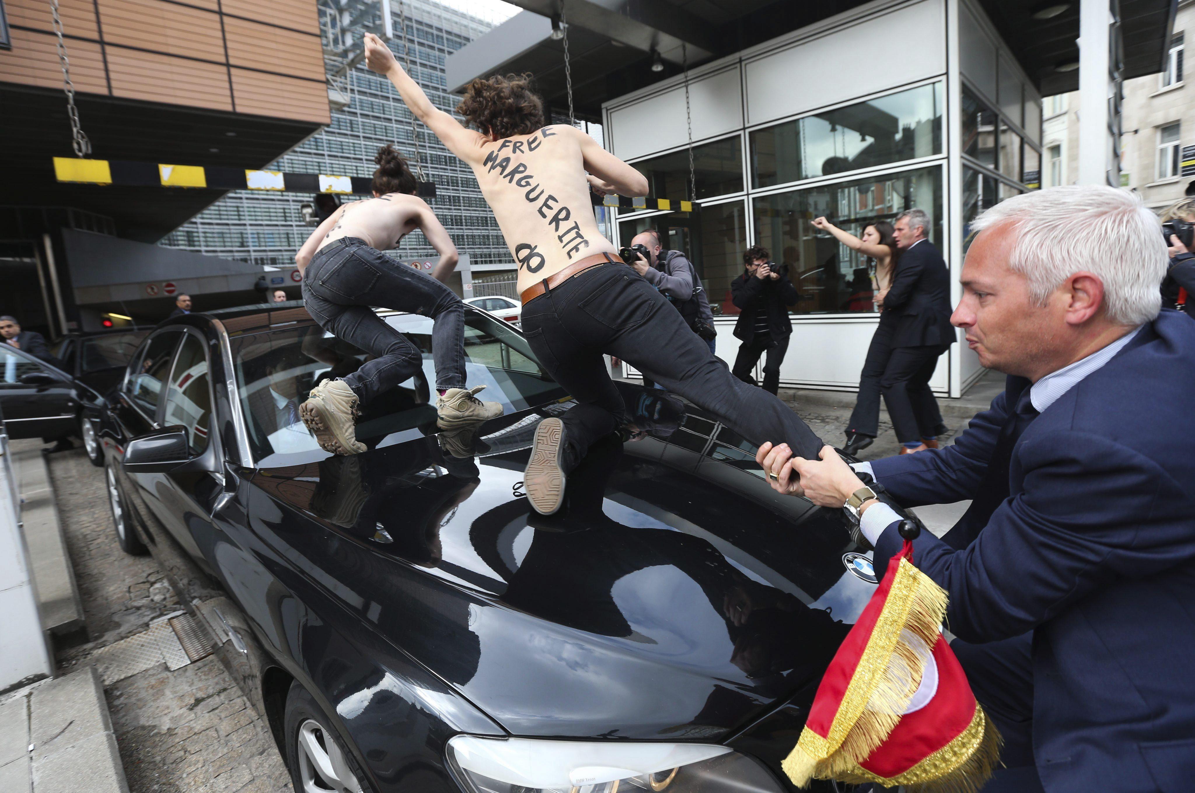 Activistas de Femen asaltan el coche del primer ministro tunecino en Bruselas