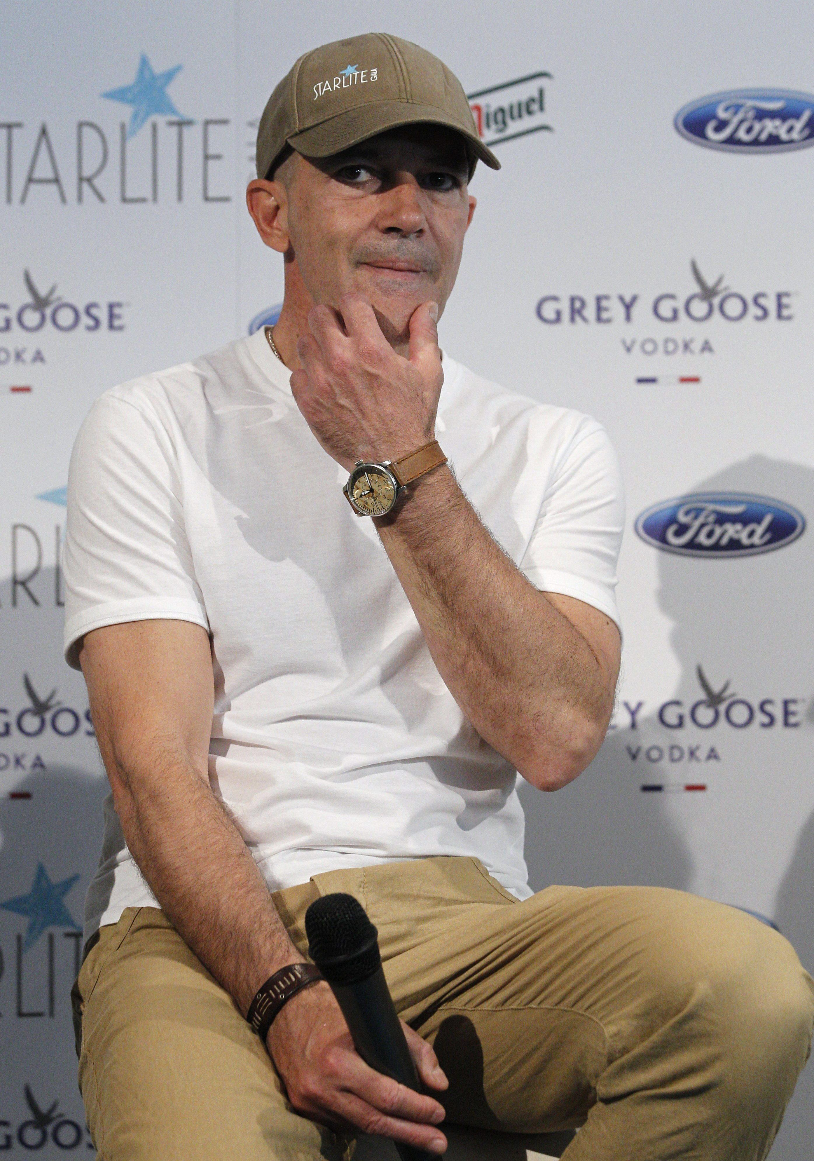 Antonio Banderas pregunta «si una persona saca un cinco por qué va a perder su beca»
