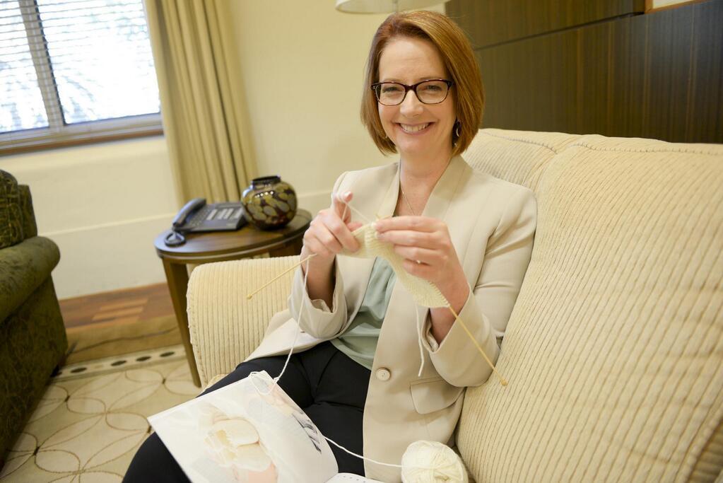 La primera ministra australiana desata la polémica al hacer calceta en una publicación