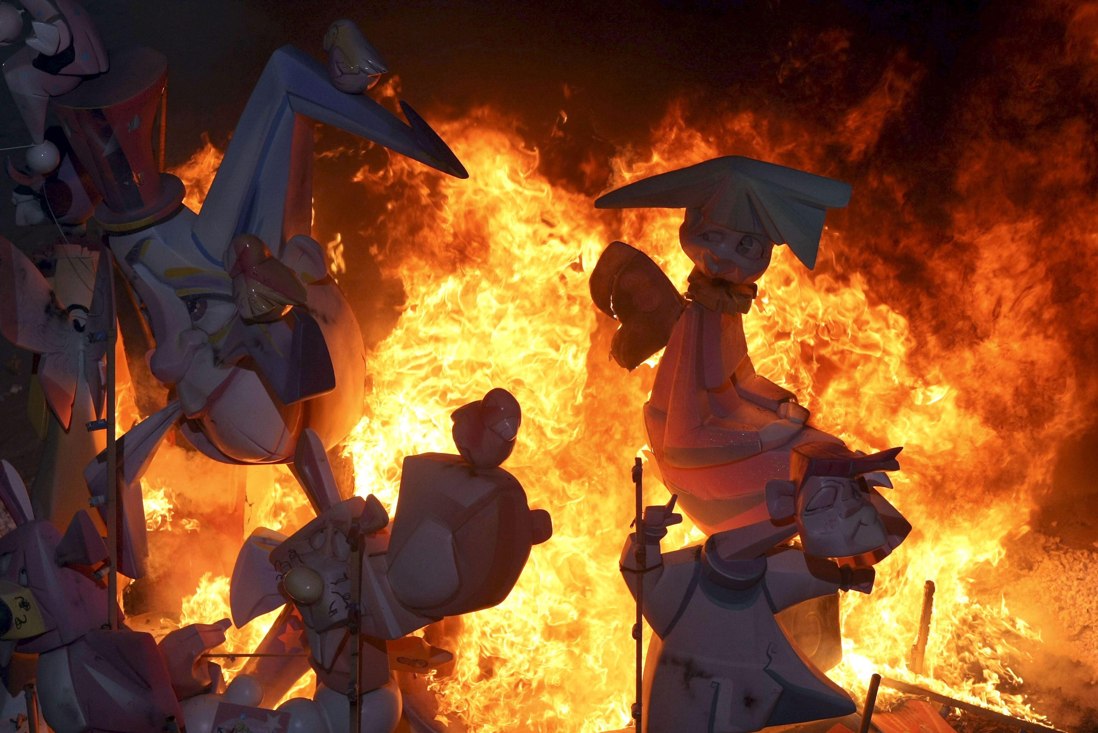 Las llamas de las Hogueras elevan el recuerdo a Aarón al cielo alicantino