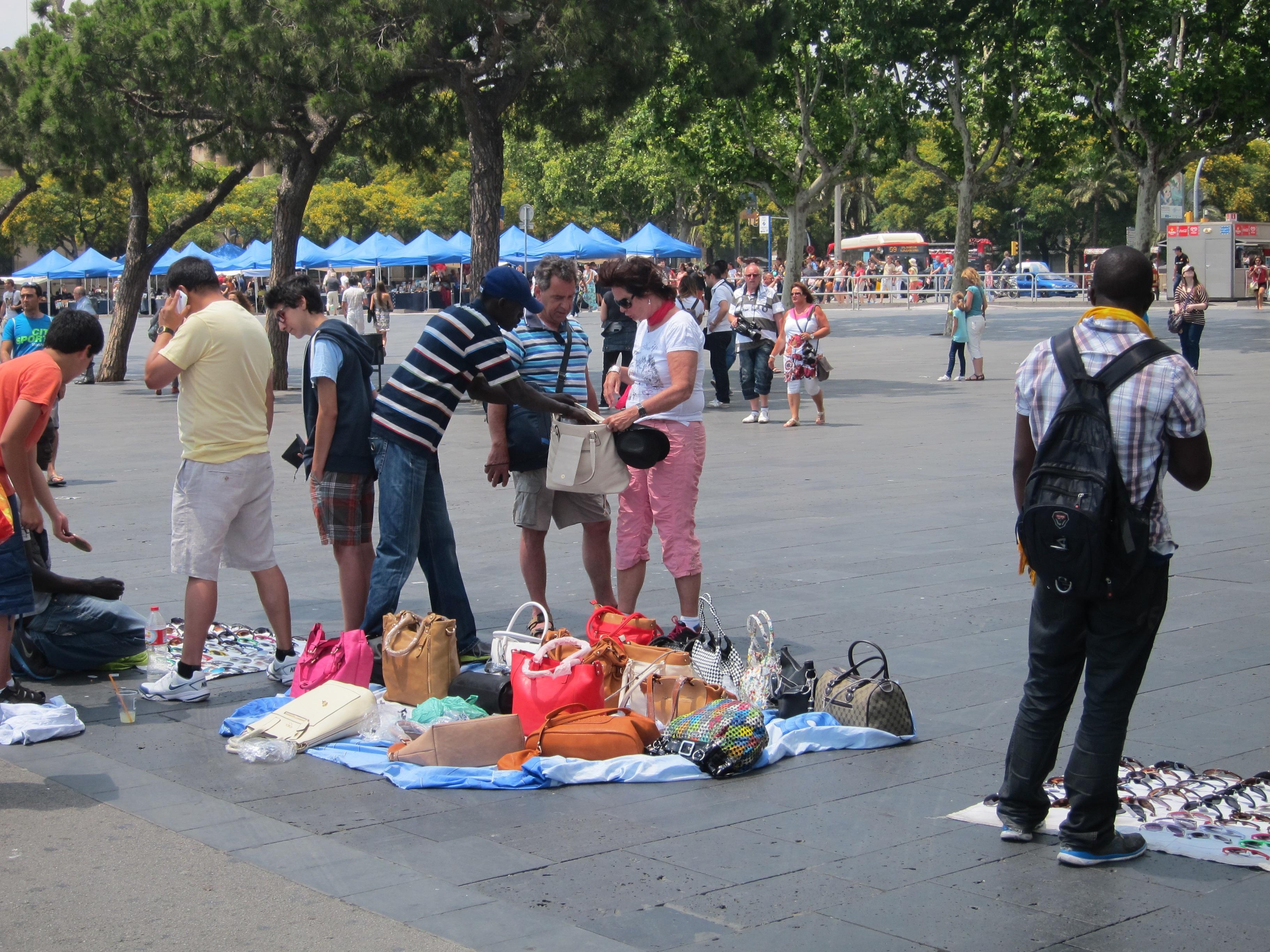 Aumenta la presión policial y los incidentes ante el repunte del »top manta» en Barcelona