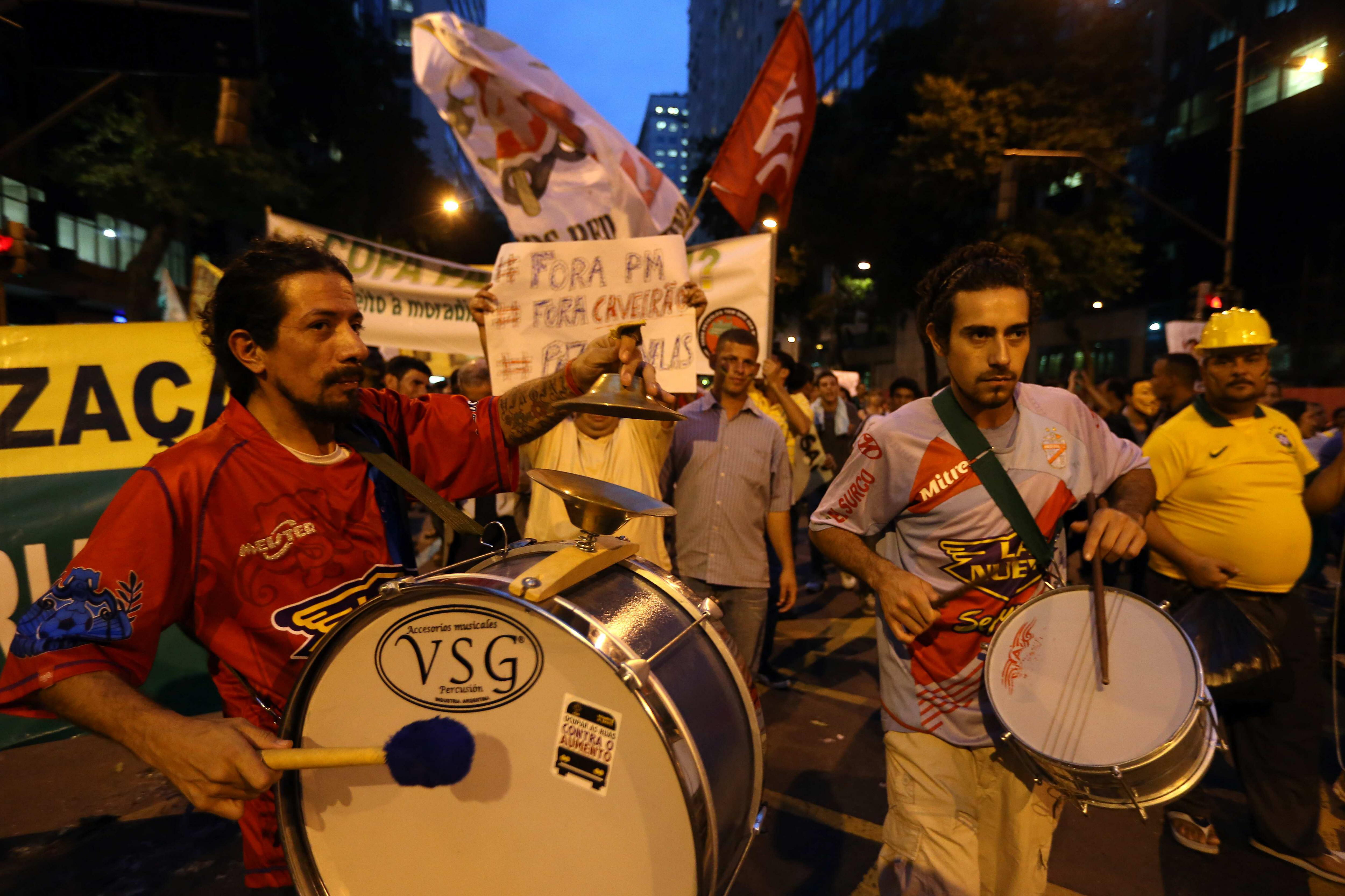 Miles de manifestantes marchan hacia un Maracaná blindado por la policía