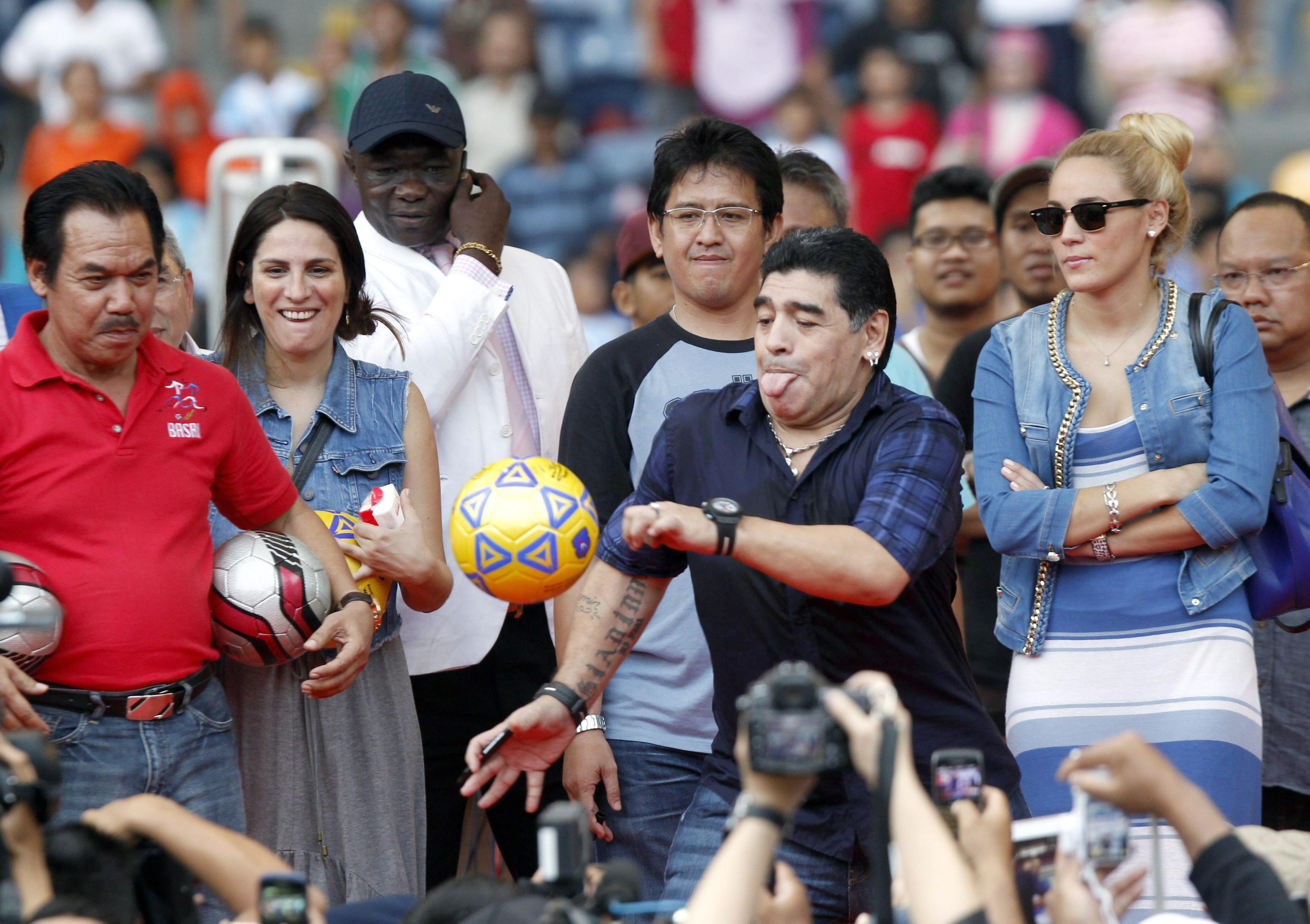 Maradona llega a Indonesia para impartir clases magistrales a los niños