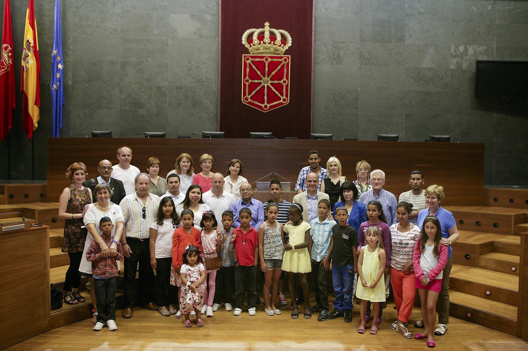 Alberto Catalán recibe a niños saharauis que pasan sus vacaciones en Navarra
