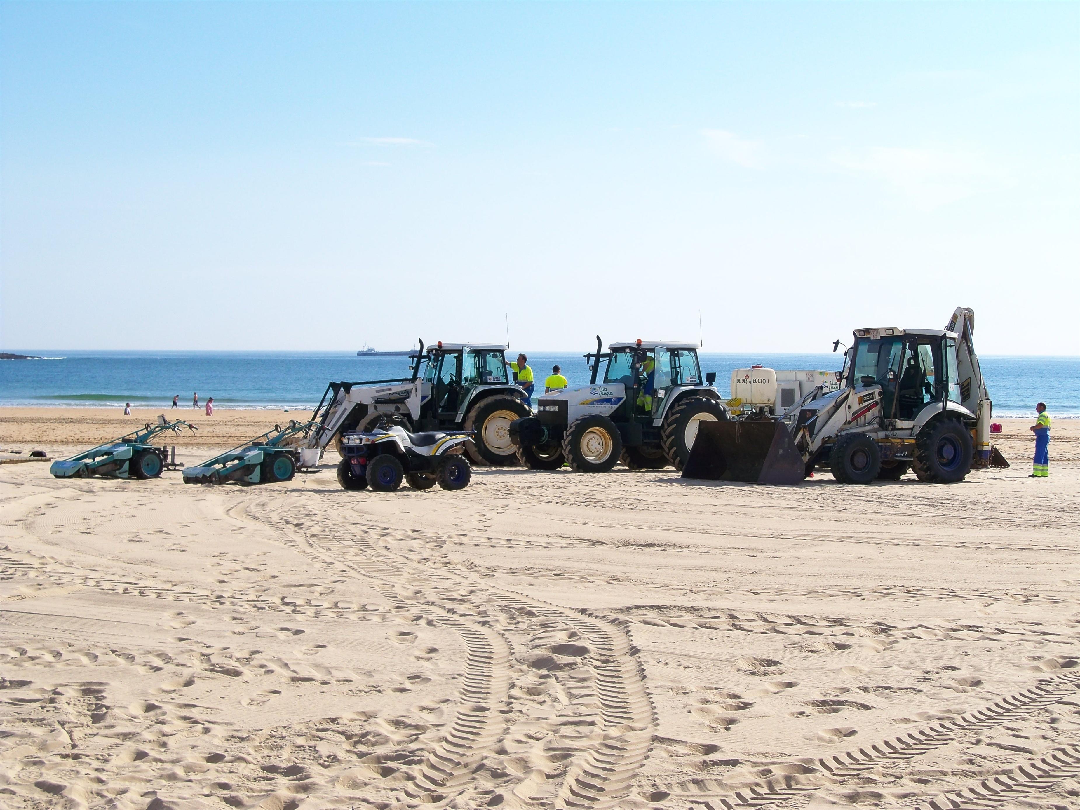 Alcalde dice que el servicio de playas «funciona a la perfección» pese a la supresión de la ayuda regional