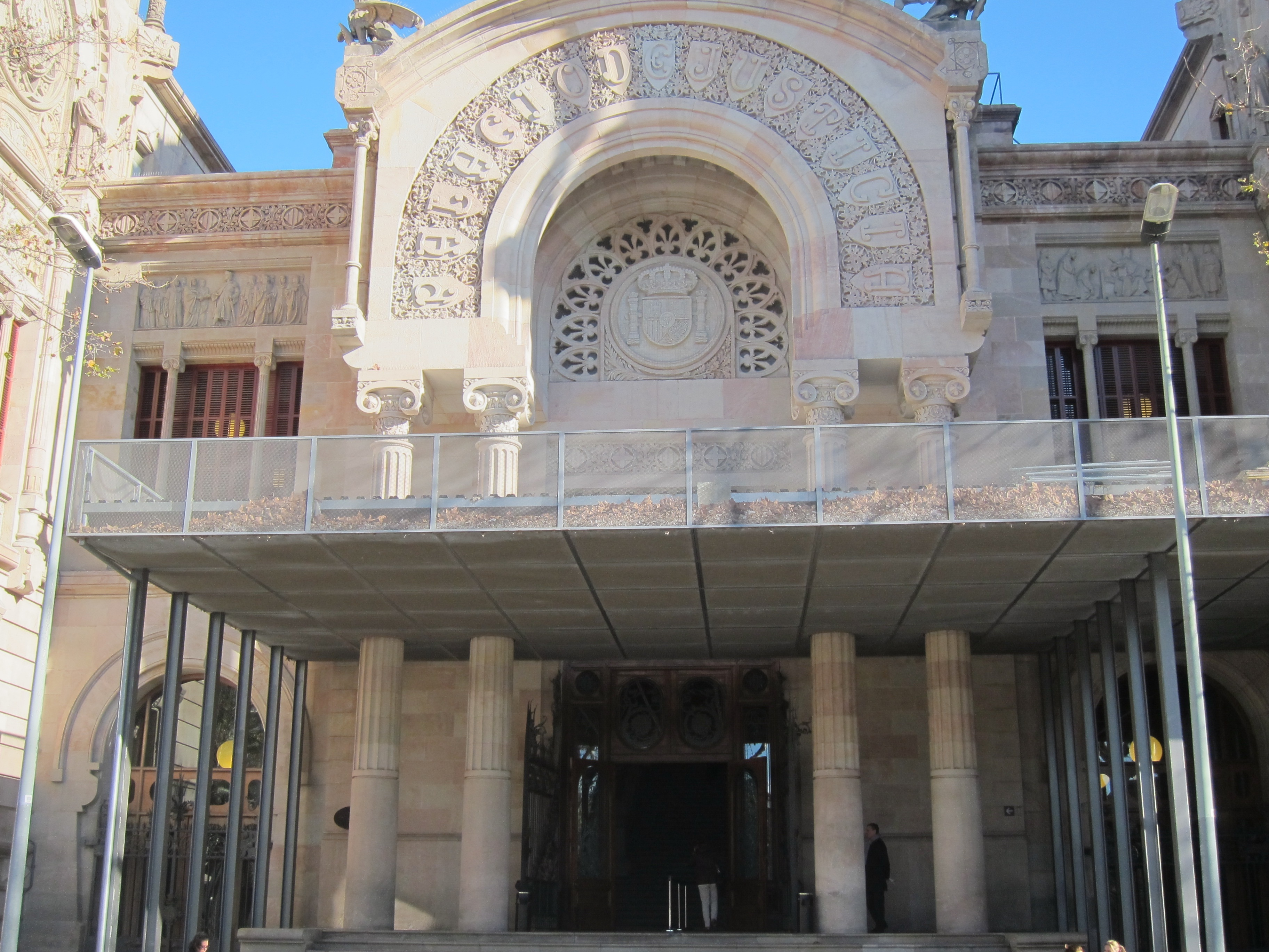 Cárcel para un guardia urbano de Barcelona que multó a grúas como venganza por llevarse su coche mal aparcado