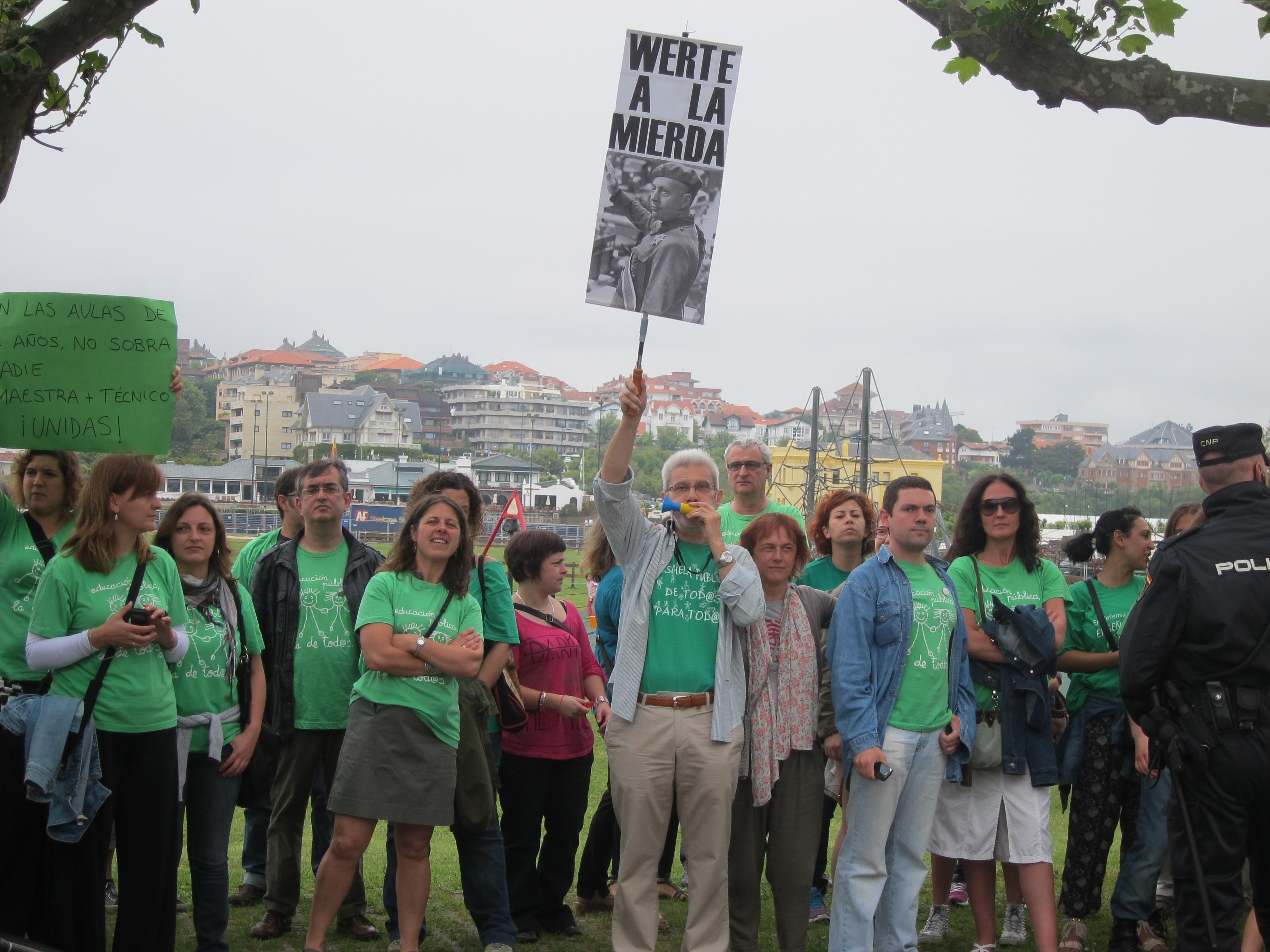 Un centenar de personas reciben a Wert con pitidos y abucheos y reivindican la educación pública