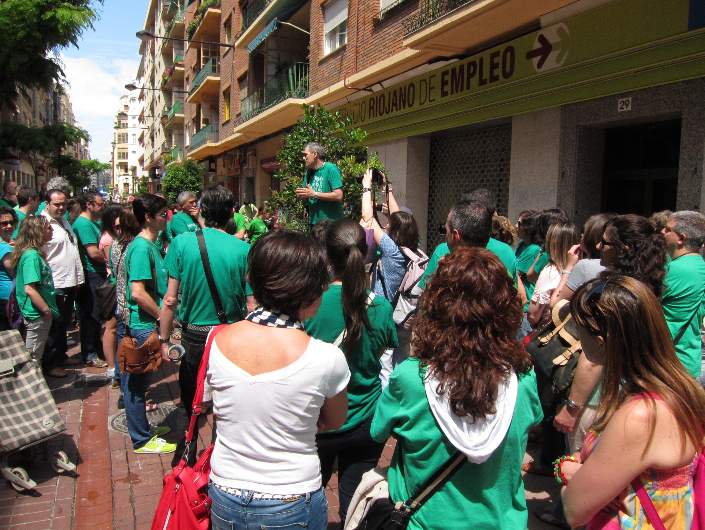 Cerca de 200 profesores interinos riojanos se concentran frente al SRE para protestar «por sus despidos»