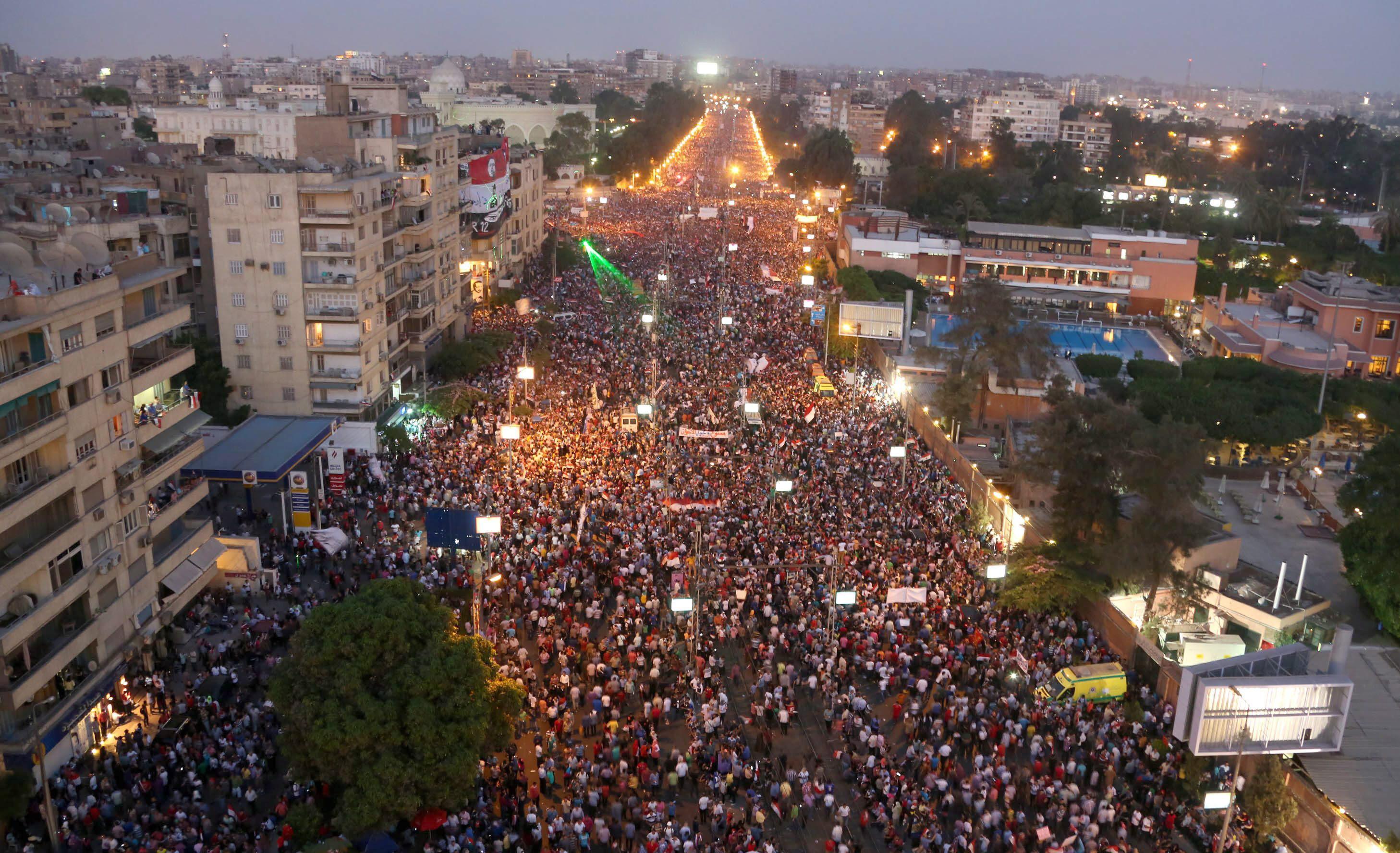 Cientos de manifestantes continúan con las protestas contra Mursi en Tahrir