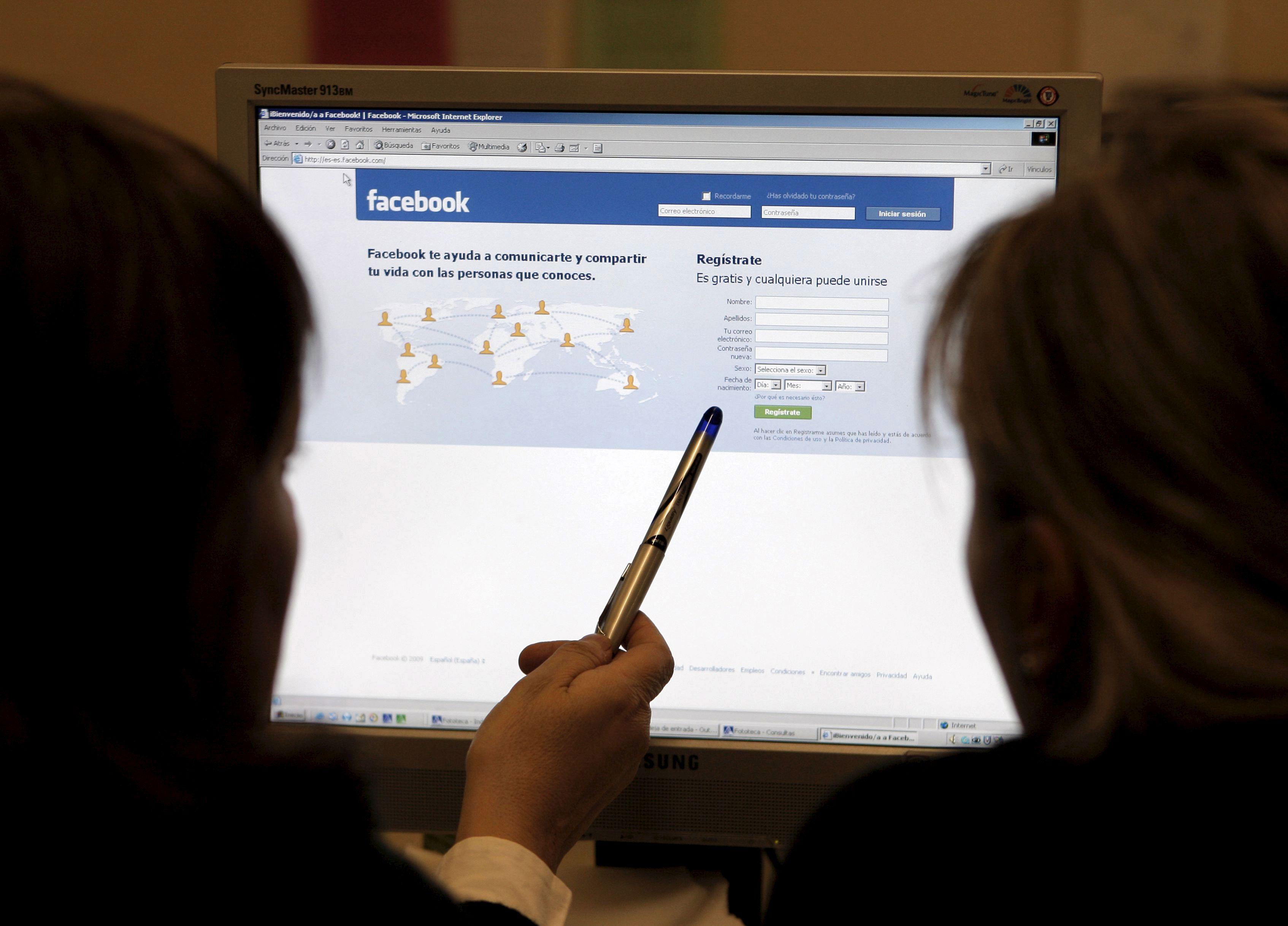 Arabia Saudí condena a 7 hombres por criticar al gobierno en Facebook