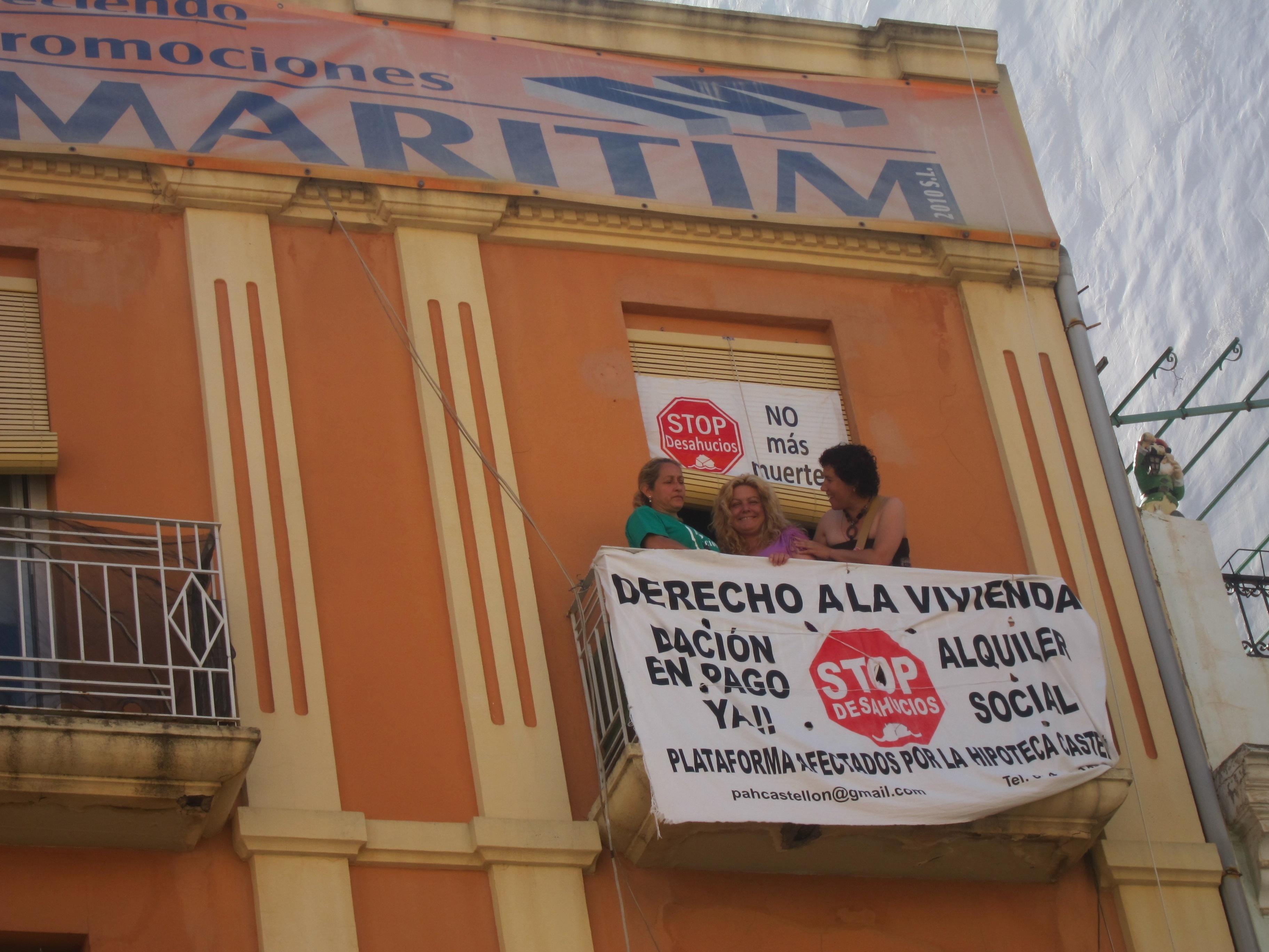 PAH logra aplazar un mes el desahucio de una mujer minusválida y su hija para acondicionar un piso municipal