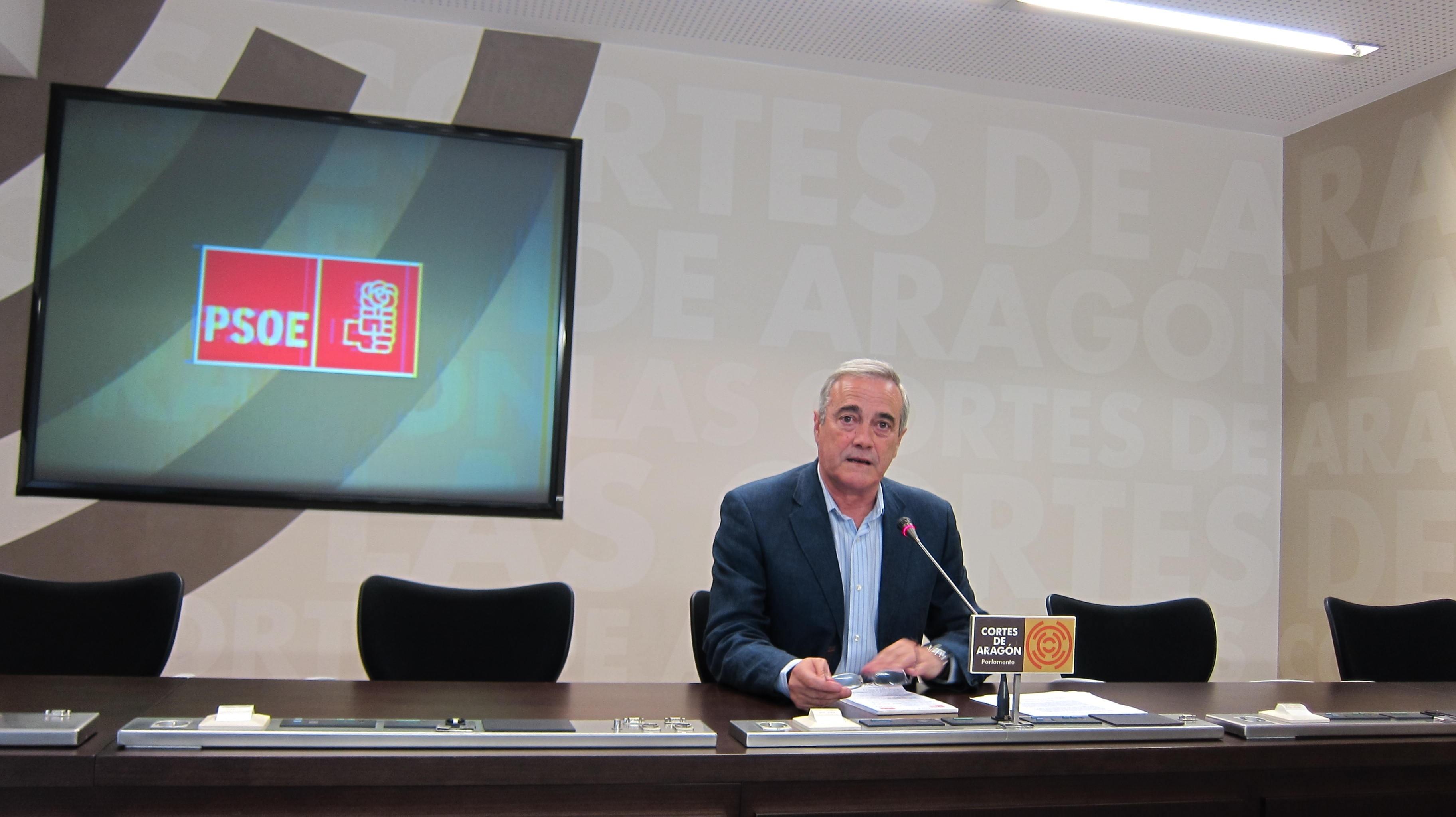El PSOE dice que Oliván, en vez de ser la solución, es el «problema» del conflicto de las limpiadoras del Salud