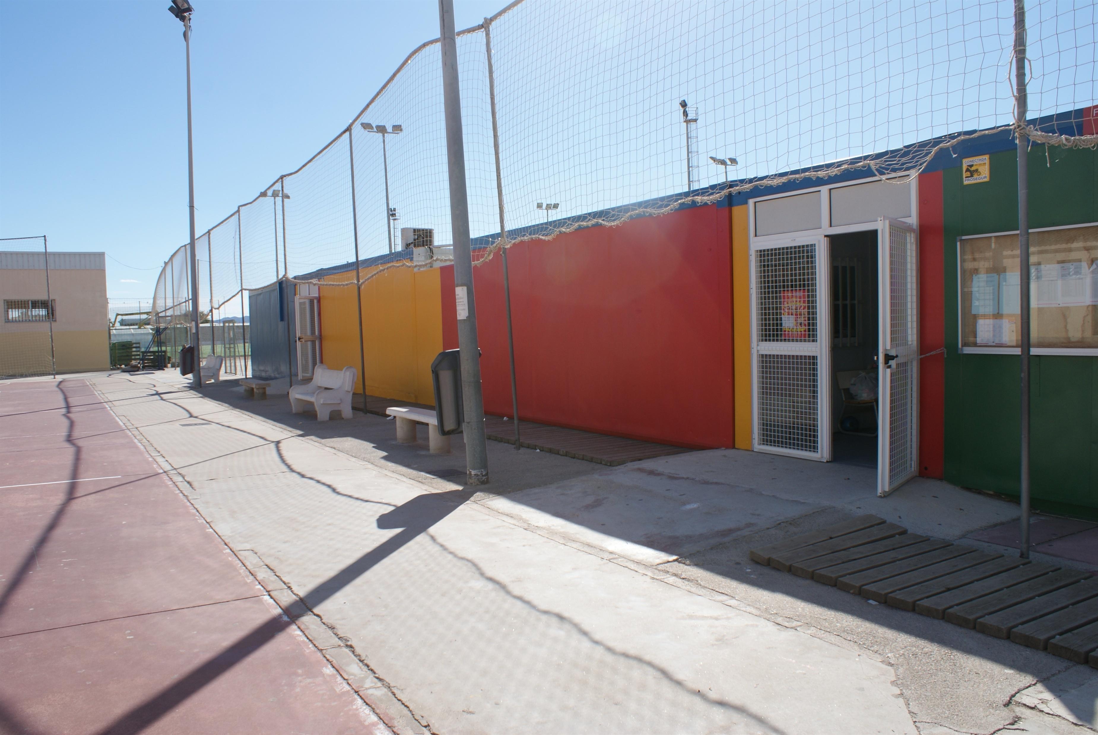 Padres del CEIP El Perelló denuncian daños en el mobiliario y goteras por el «mal estado de los barracones»