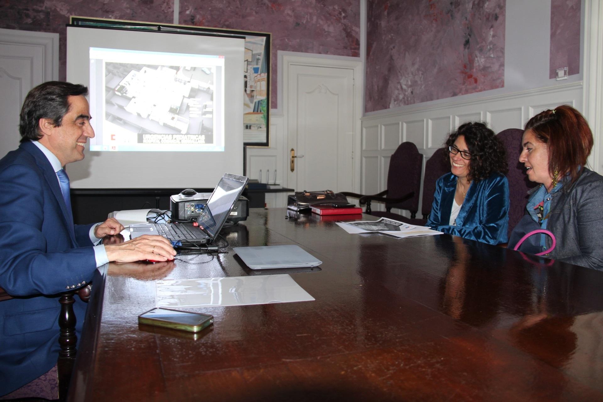 El alcalde muestra a la Plataforma de Urgencias Pediátricas en Sierrallana el proyecto, que estará en 2014