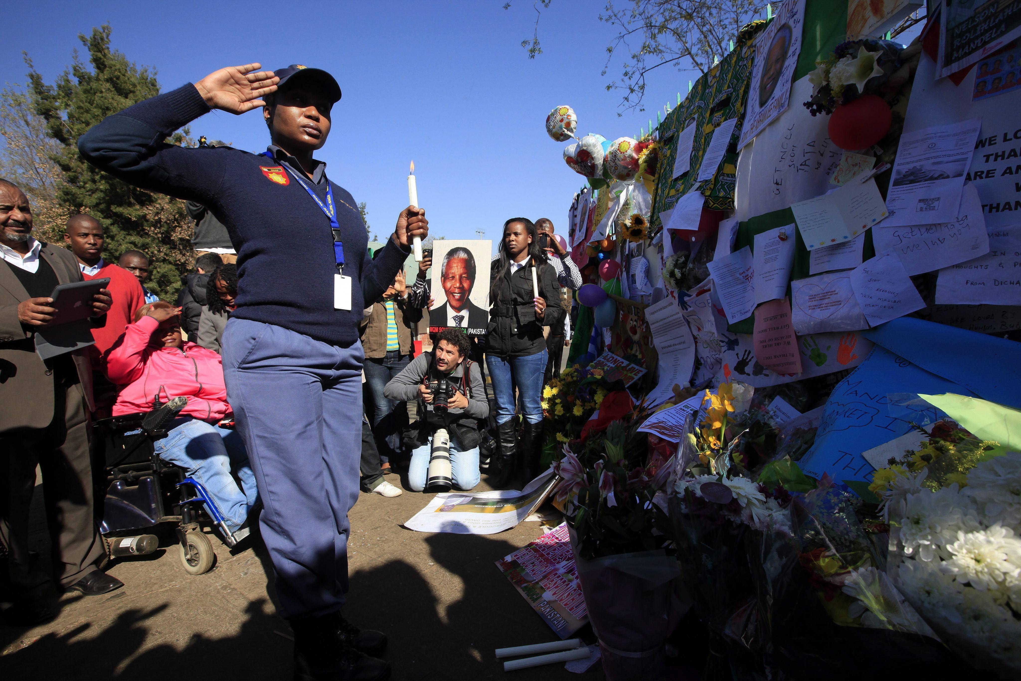 Mandela afronta su noveno día en estado crítico sin novedades sobre su salud