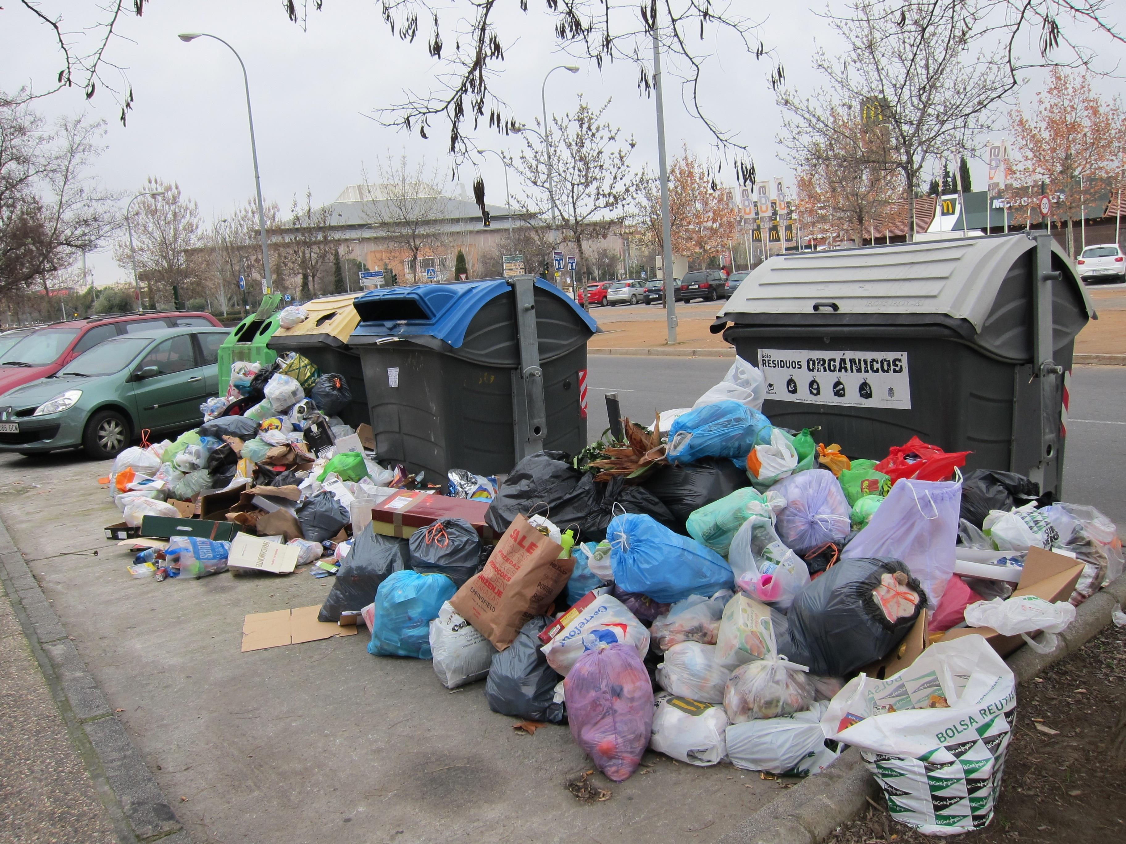 Veinte desempleados trabajarán en verano limpiando pintadas gracias al dinero ahorrado en la huelga de basuras