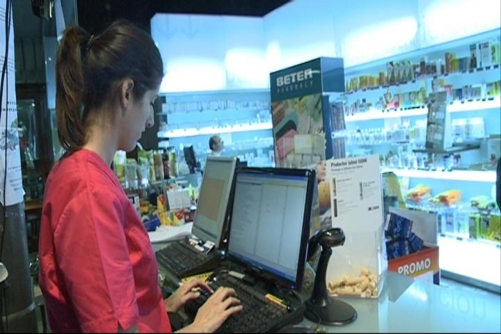 Los consumidores piden información a los farmacéuticos en el primer día de la aplicación del copago en Euskadi