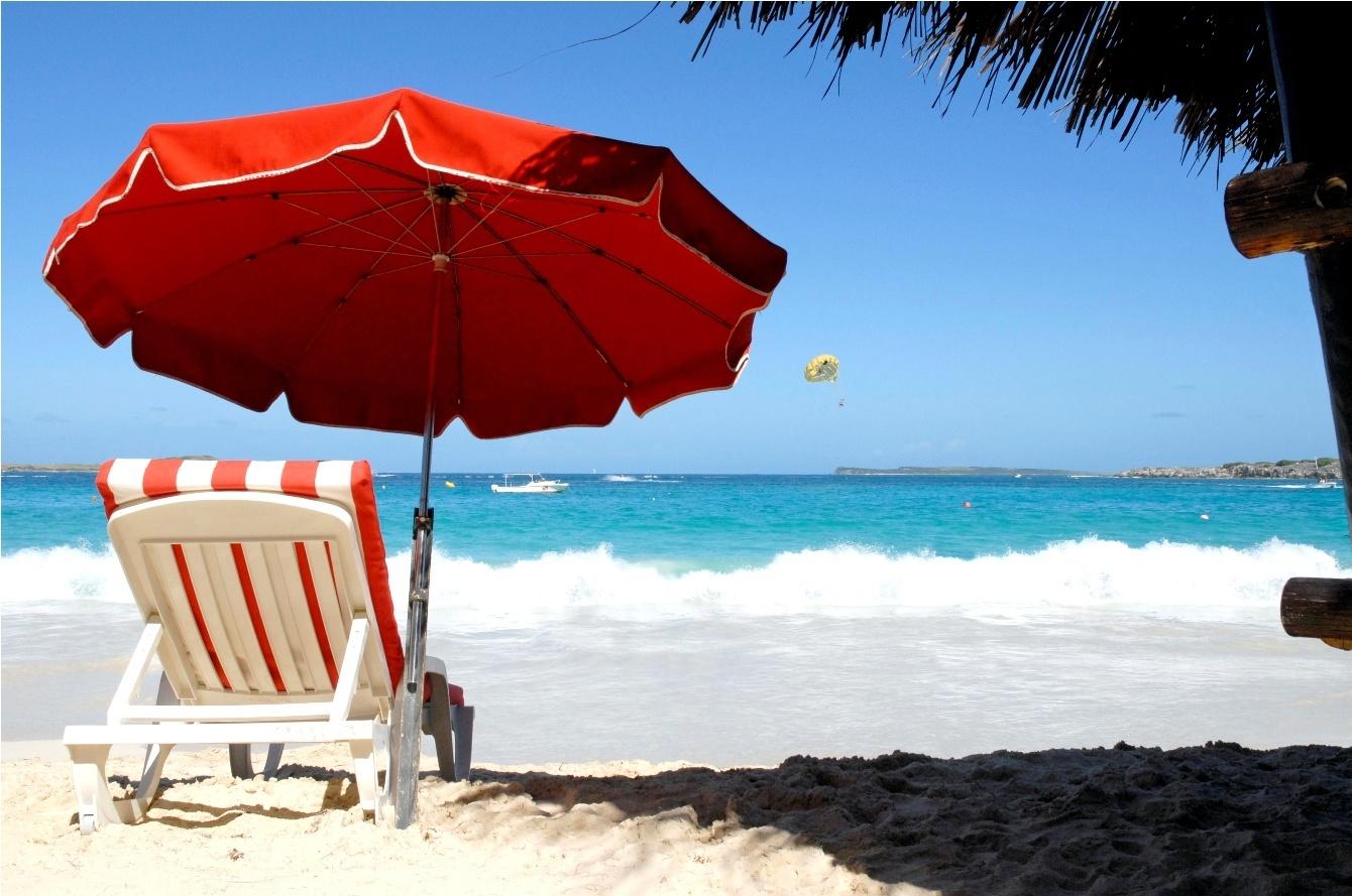 Los enfermeros de Atención Primaria advierten de que tomar el sol bajo una sombrilla también puede producir quemaduras