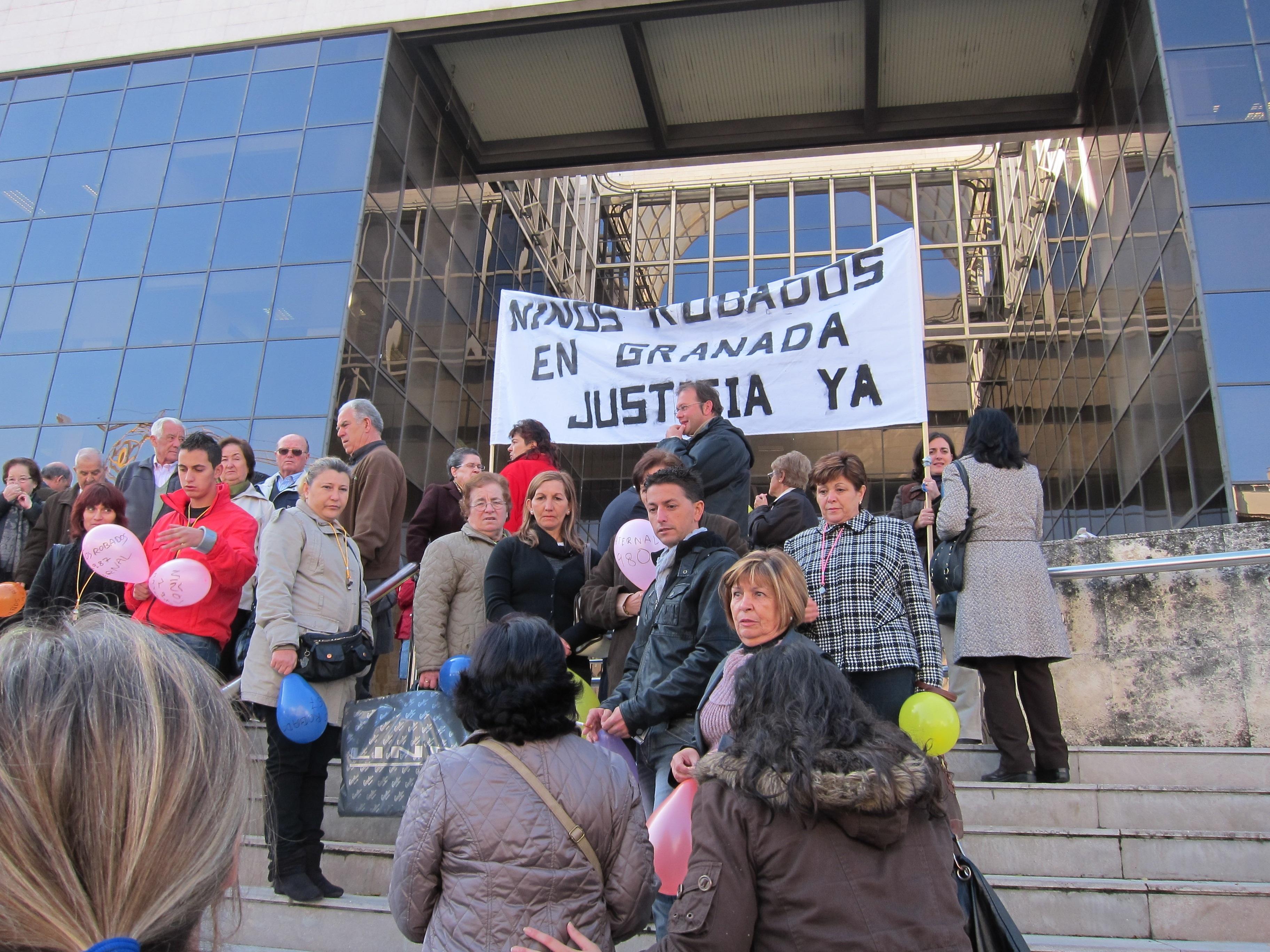 Afectados por el »robo de niños» presentan una queja ante el Parlamento Europeo contra el archivo «masivo» de sus casos