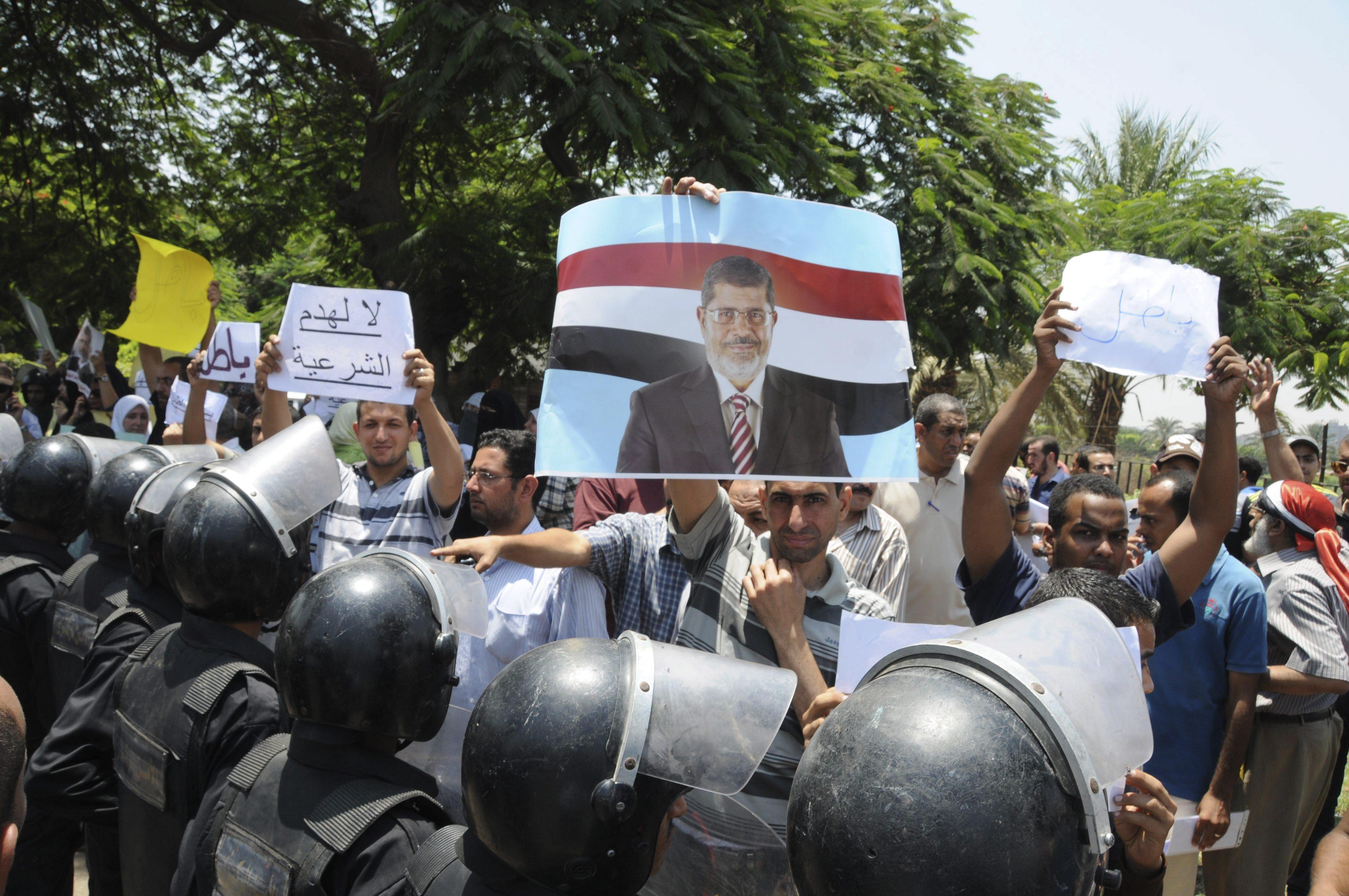 La Justicia egipcia prohíbe salir del país a Mursi