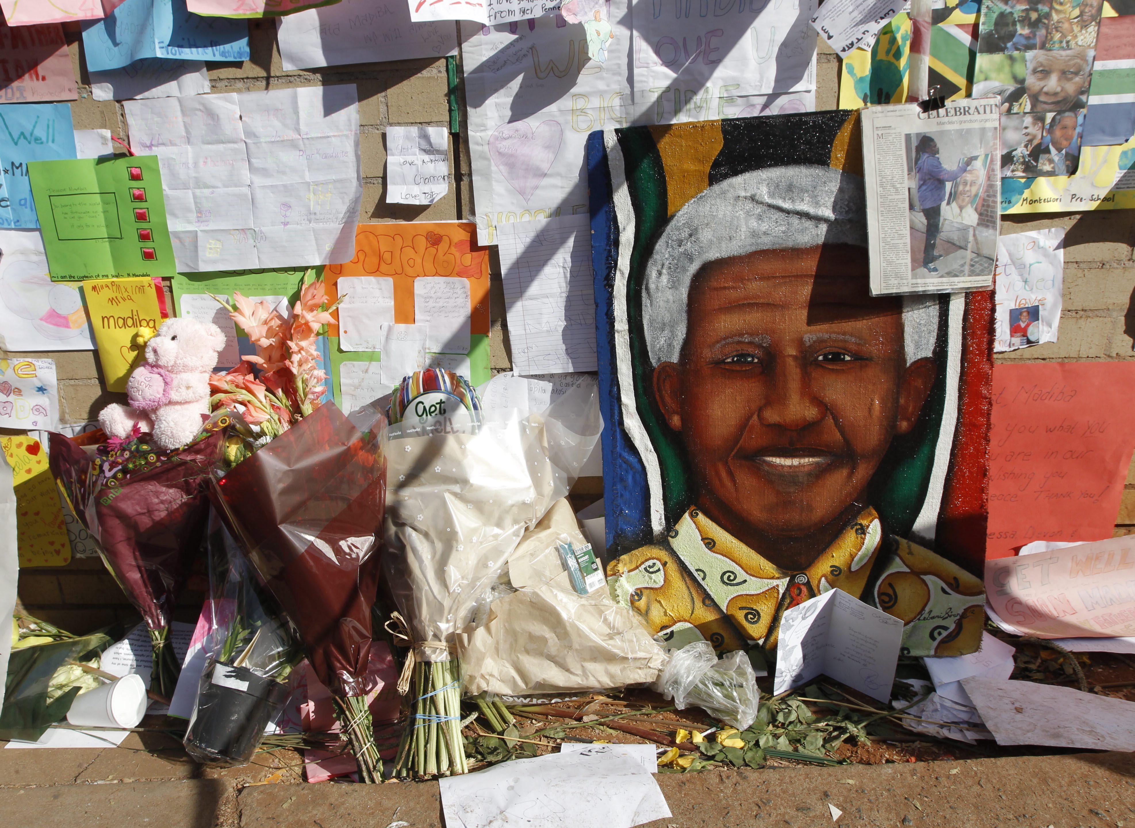 El líder sudafricano Nelson Mandela está conectado a una máquina para seguir vivo